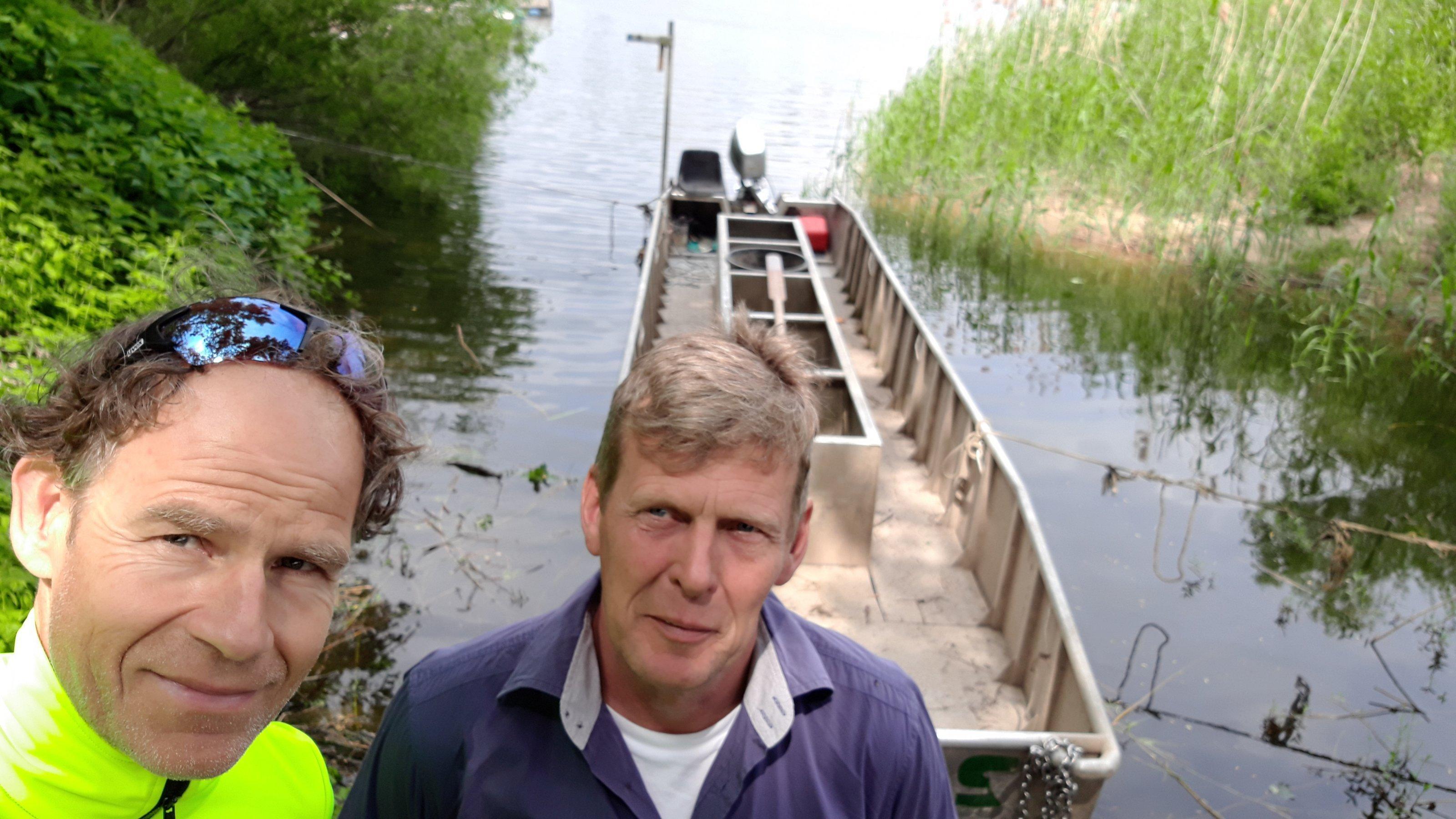 Martin C Roos mit seinem Interviewpartner, dem Elbfischer Panz.