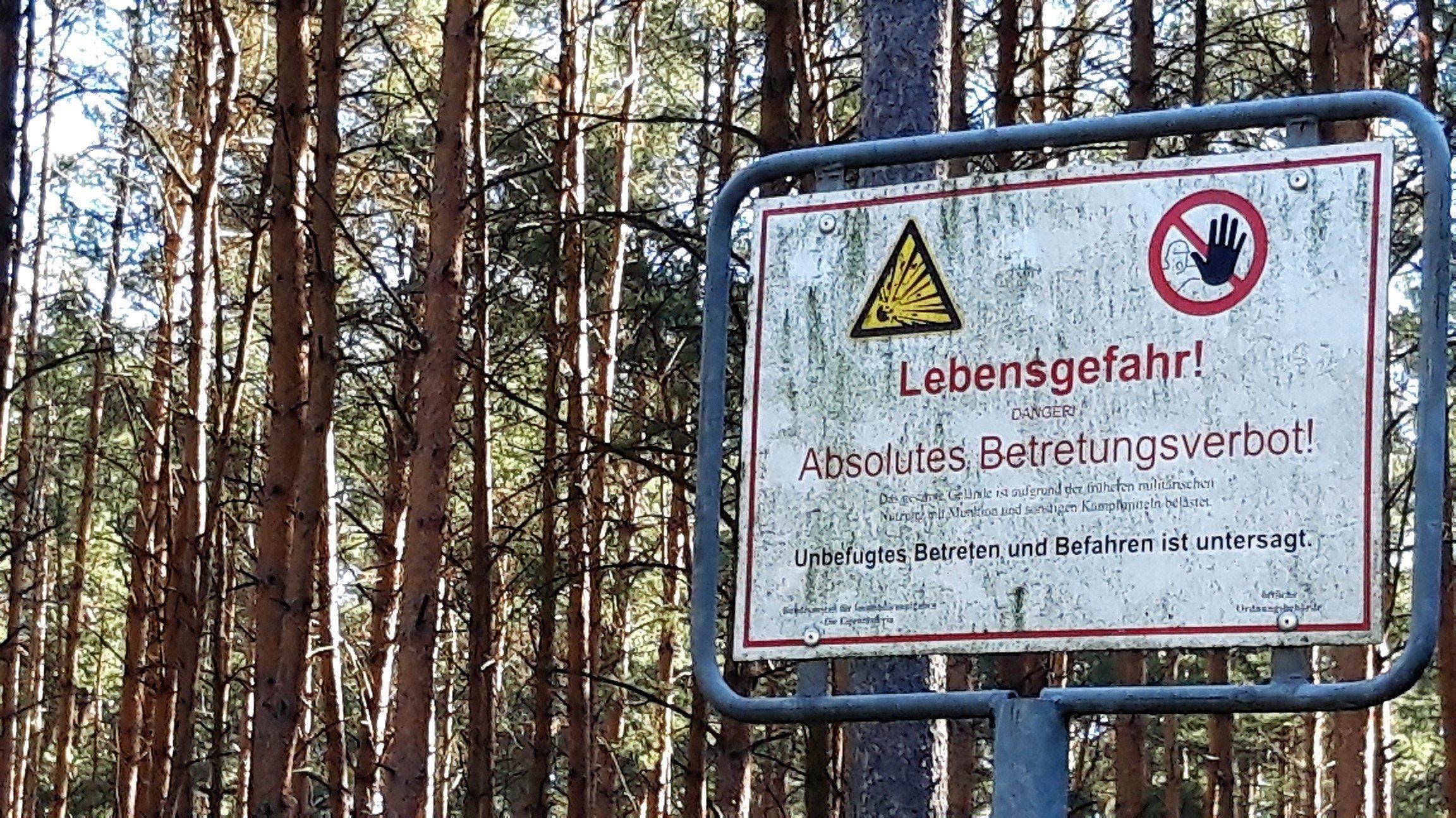Warnschild am Wald von Lübtheen: Lebensgefahr, absolutes Betretungsverbot! Das gesamte Gelände ist aufgrund der früheren militärischen – nicht lesbar es Wort- mit Munition und sonstigen Kampfmitteln belastet. Unbefugtes Betreten und Befahren ist untersagt.