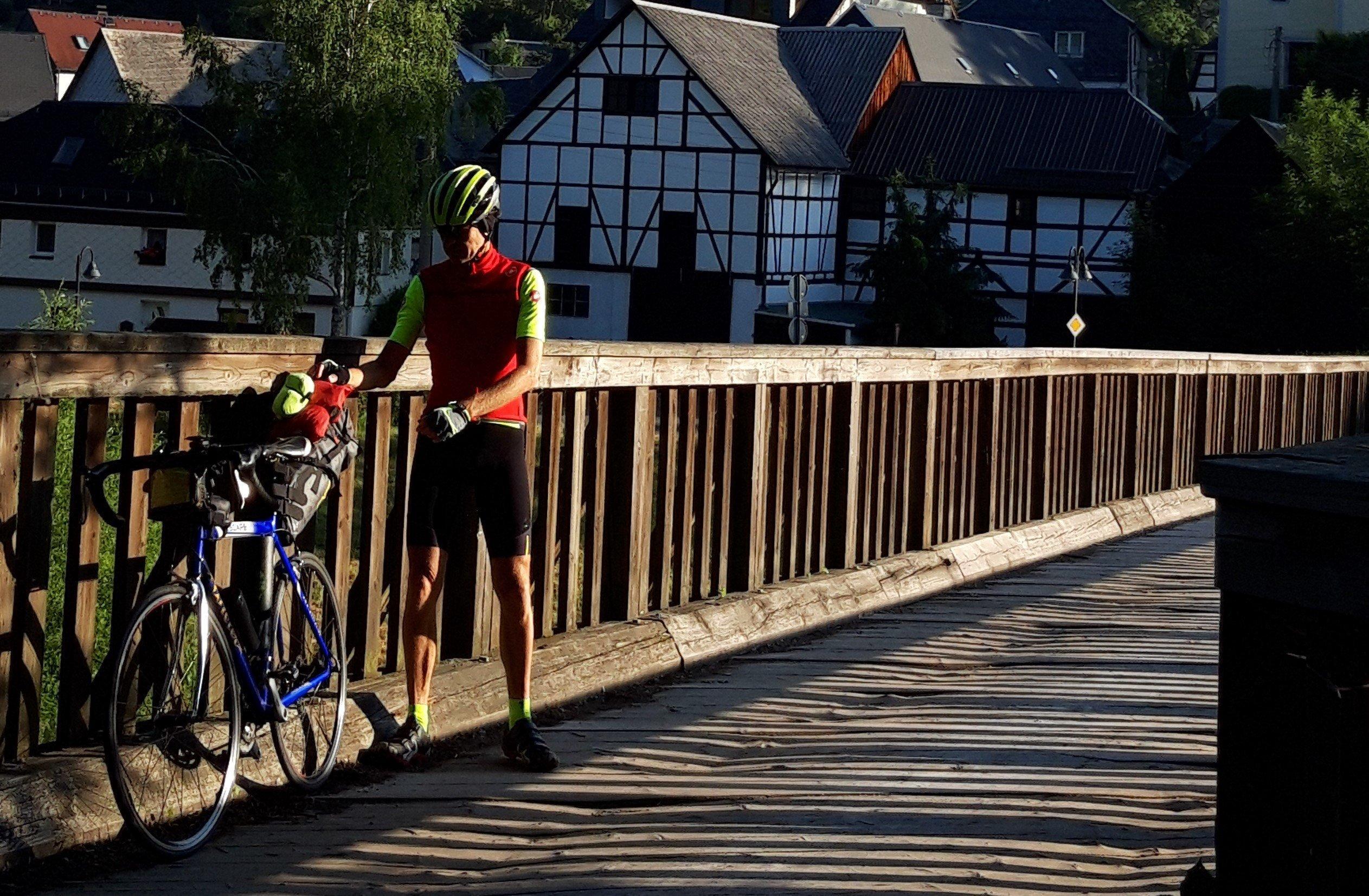 Der RadelndeReporter auf einer alten Brücke über die Saale.