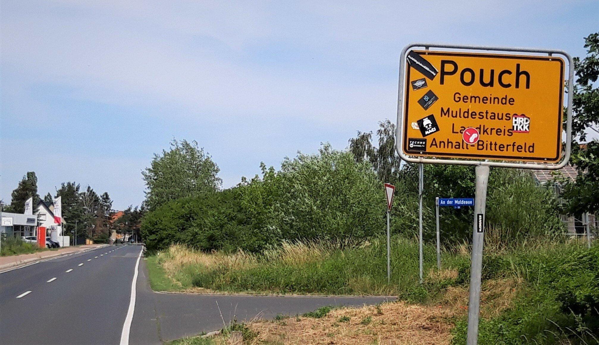 Ortsschild von Pouch, an der Mulde gelegen, im Land Sachsen-Anhalt,