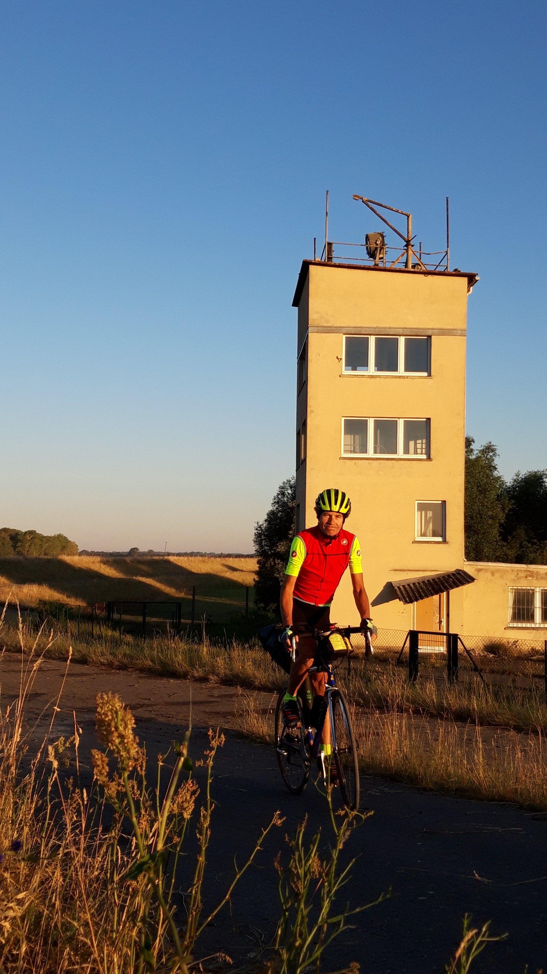 Der RadelndeReporter auf dem Rad vor einem alten Wachturm