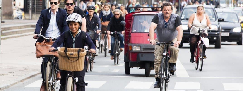 Einige Dutzend Radfahrer sind auf der Straße mit Autos unterwegs