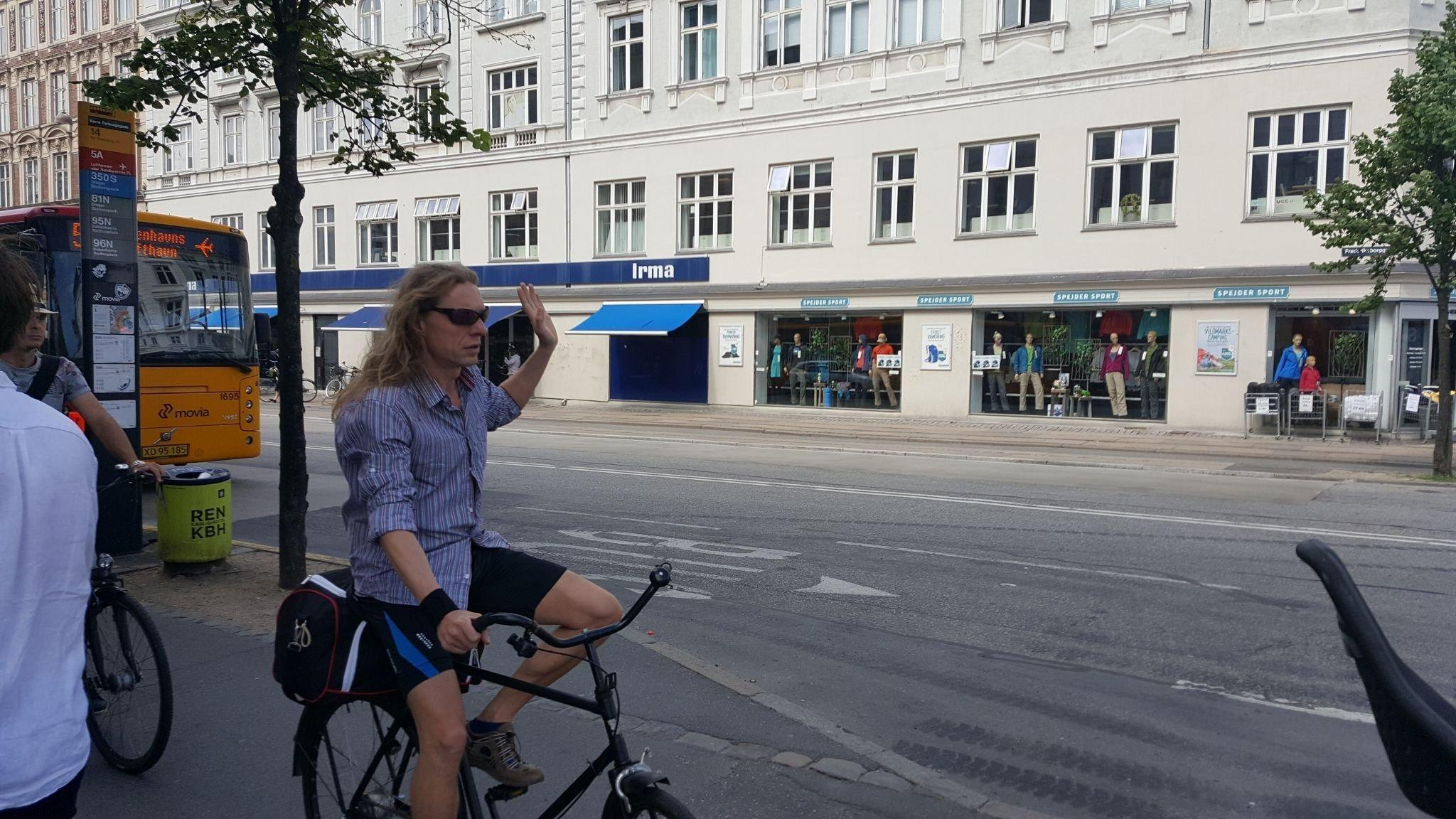 Radfahrer gibt Handzeichen bevor er bremst.