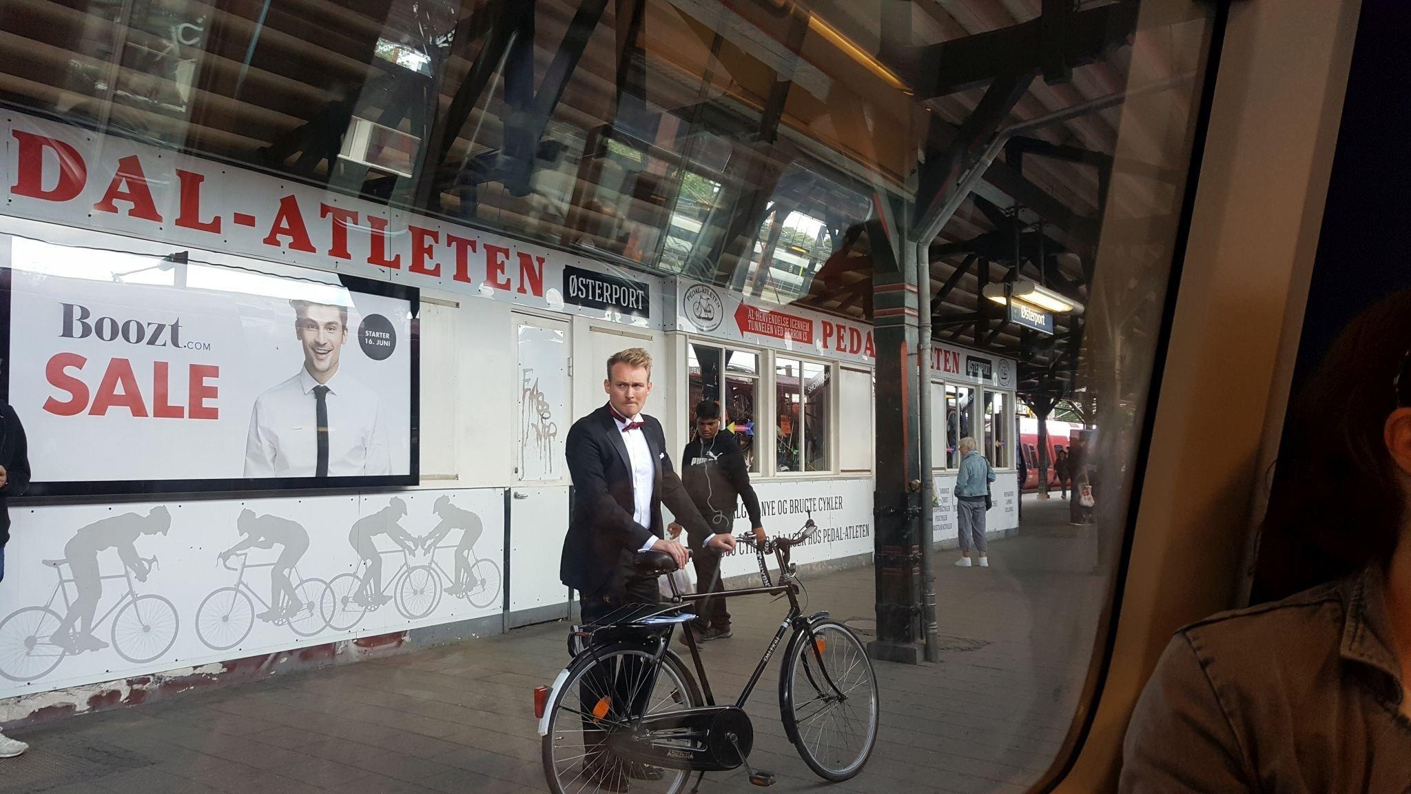 Ein Radfahrer trägt Anzug