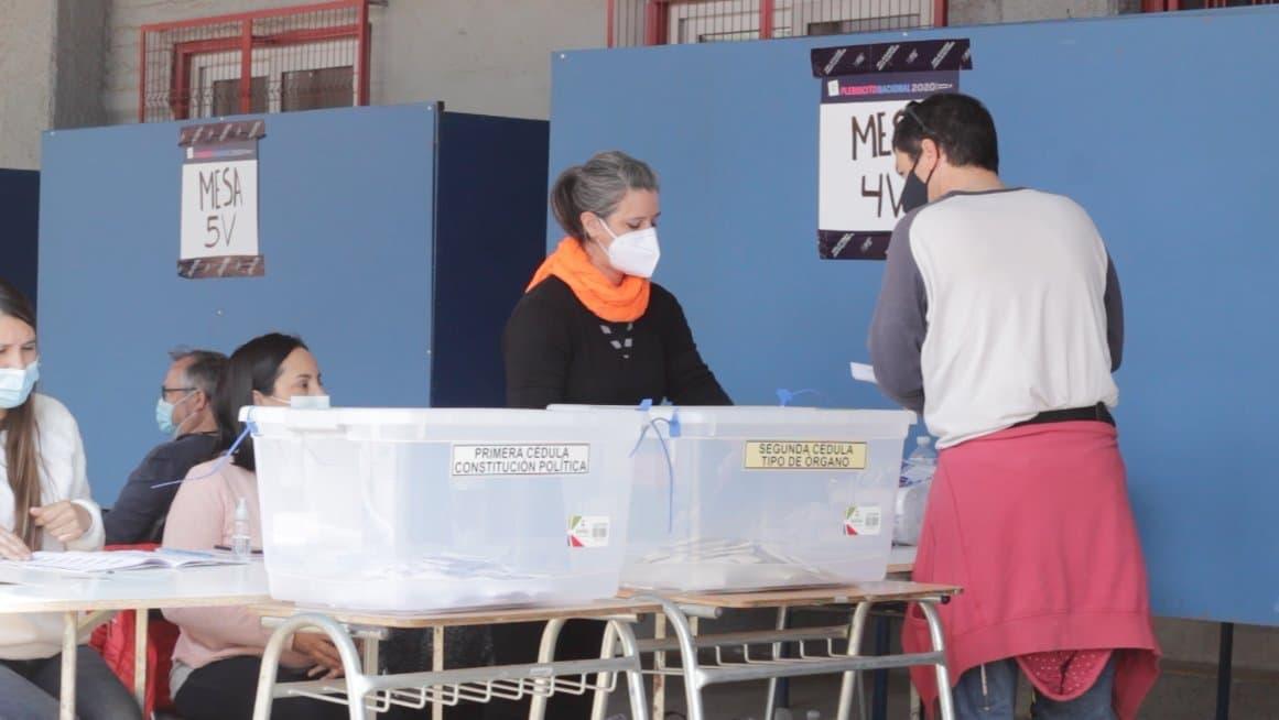 Mit Masken finden sich die Chileїnnen zur Abstimmung über eine neue Verfassung ein.