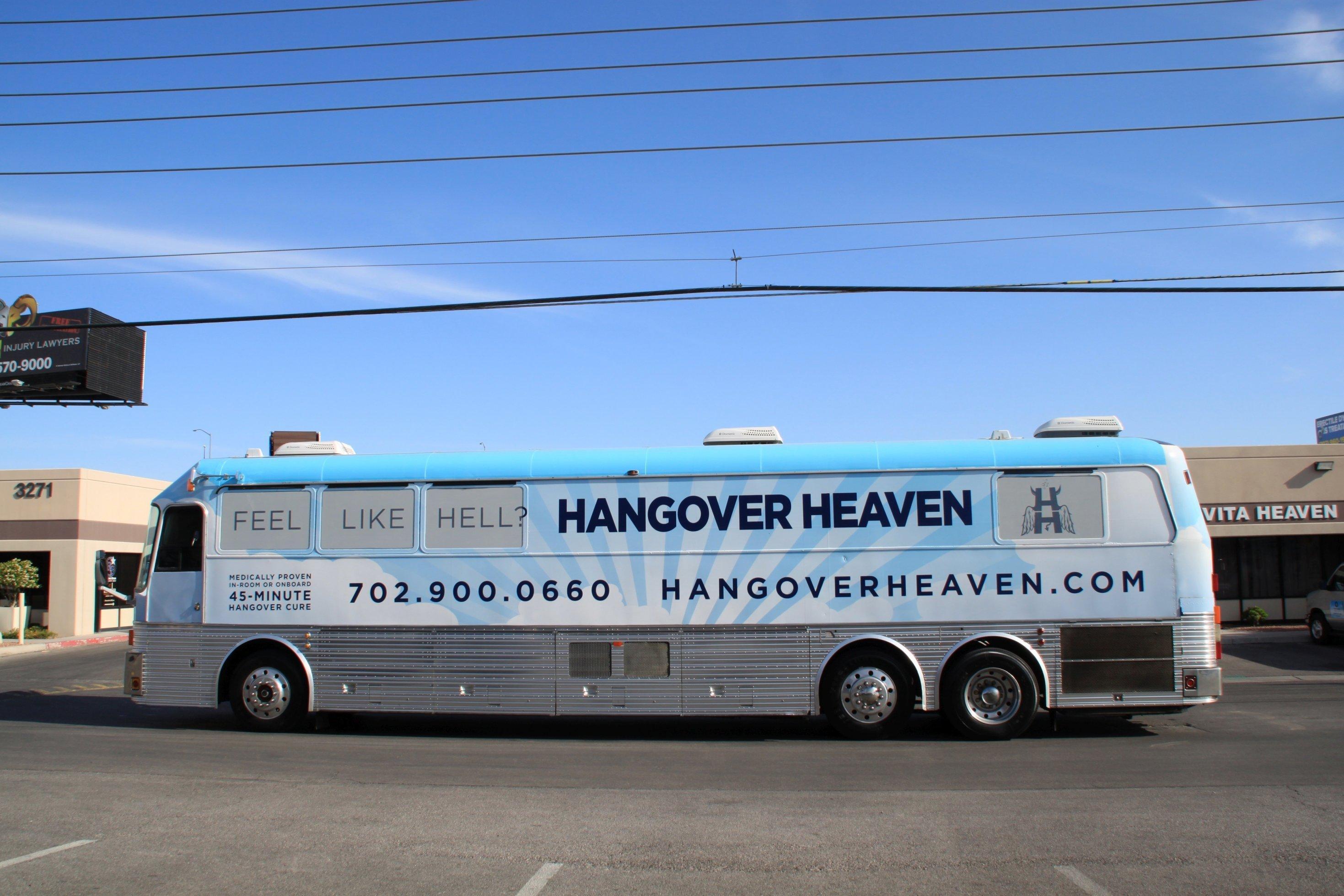 """Ein Reisebus von der Seite. Aufschrift """"Hangover Heaven"""""""
