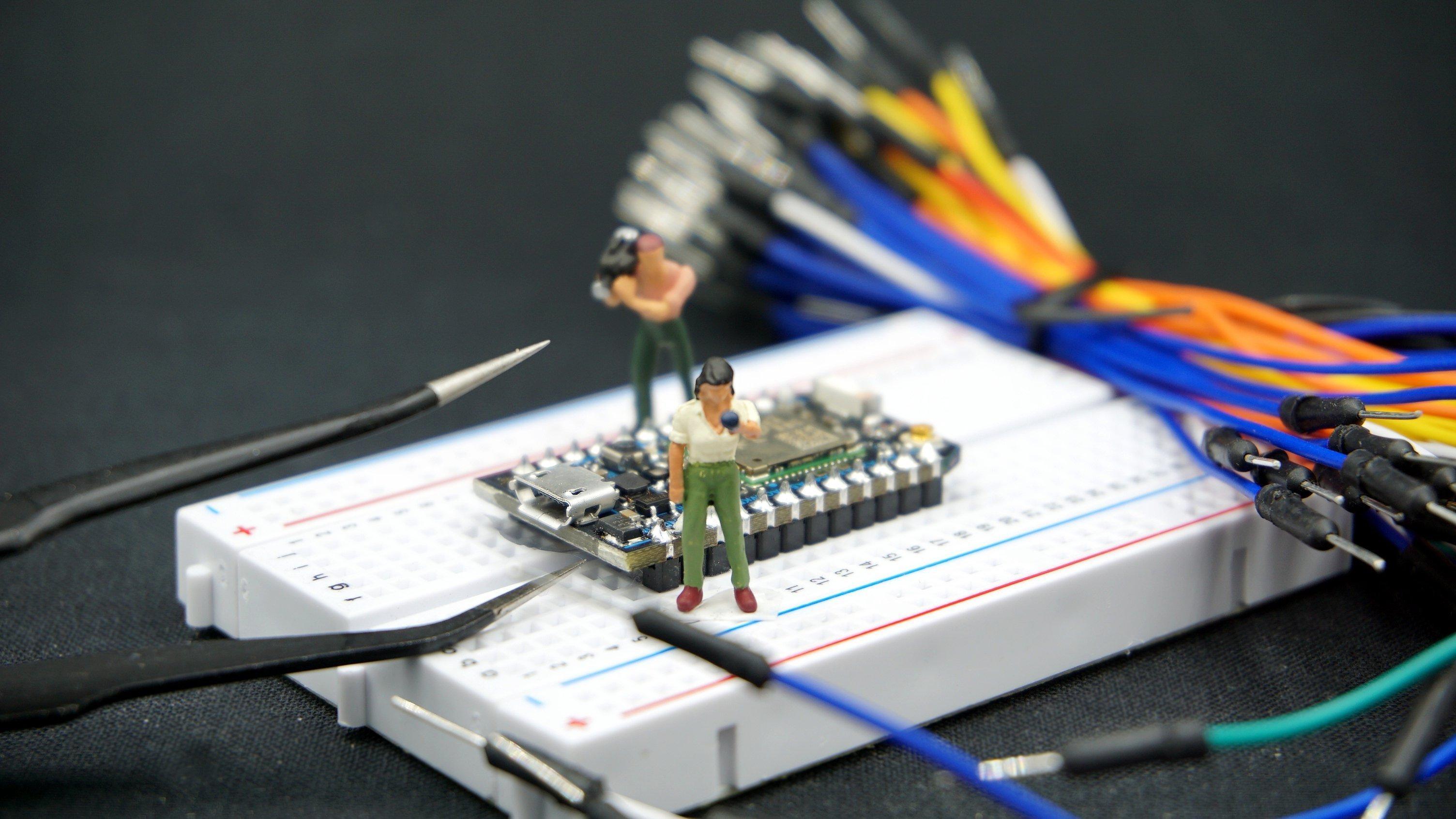 Eine Miniatur-Reporterin befragt Elektronik