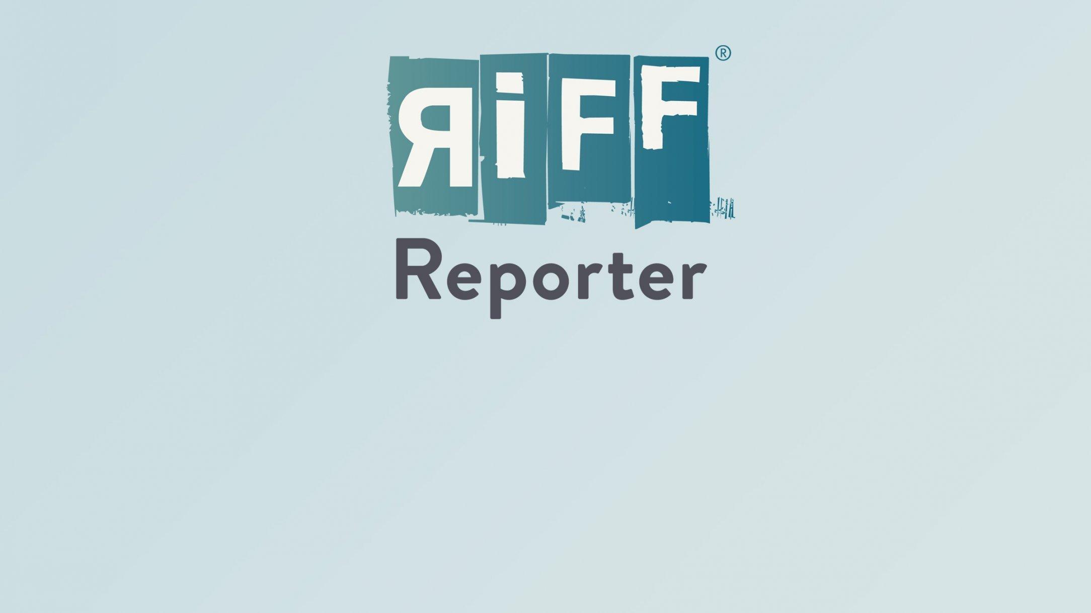 Roboterarme greifen am Fließband aus allen Richtungen zu.