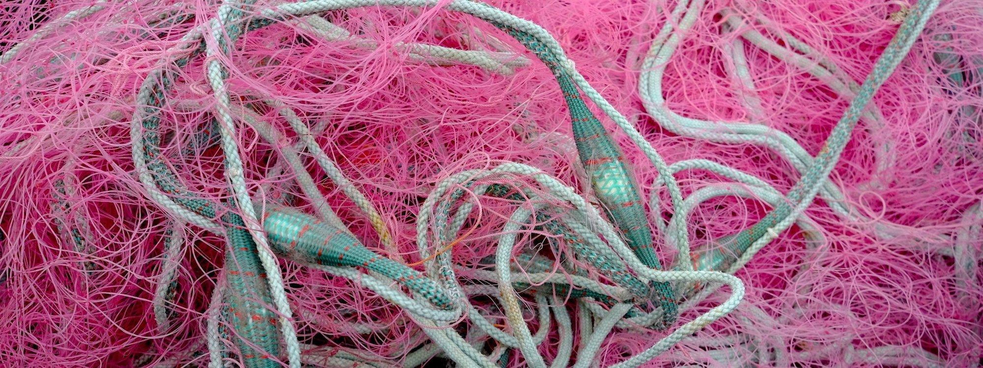 Ein rotes Fischernetz.