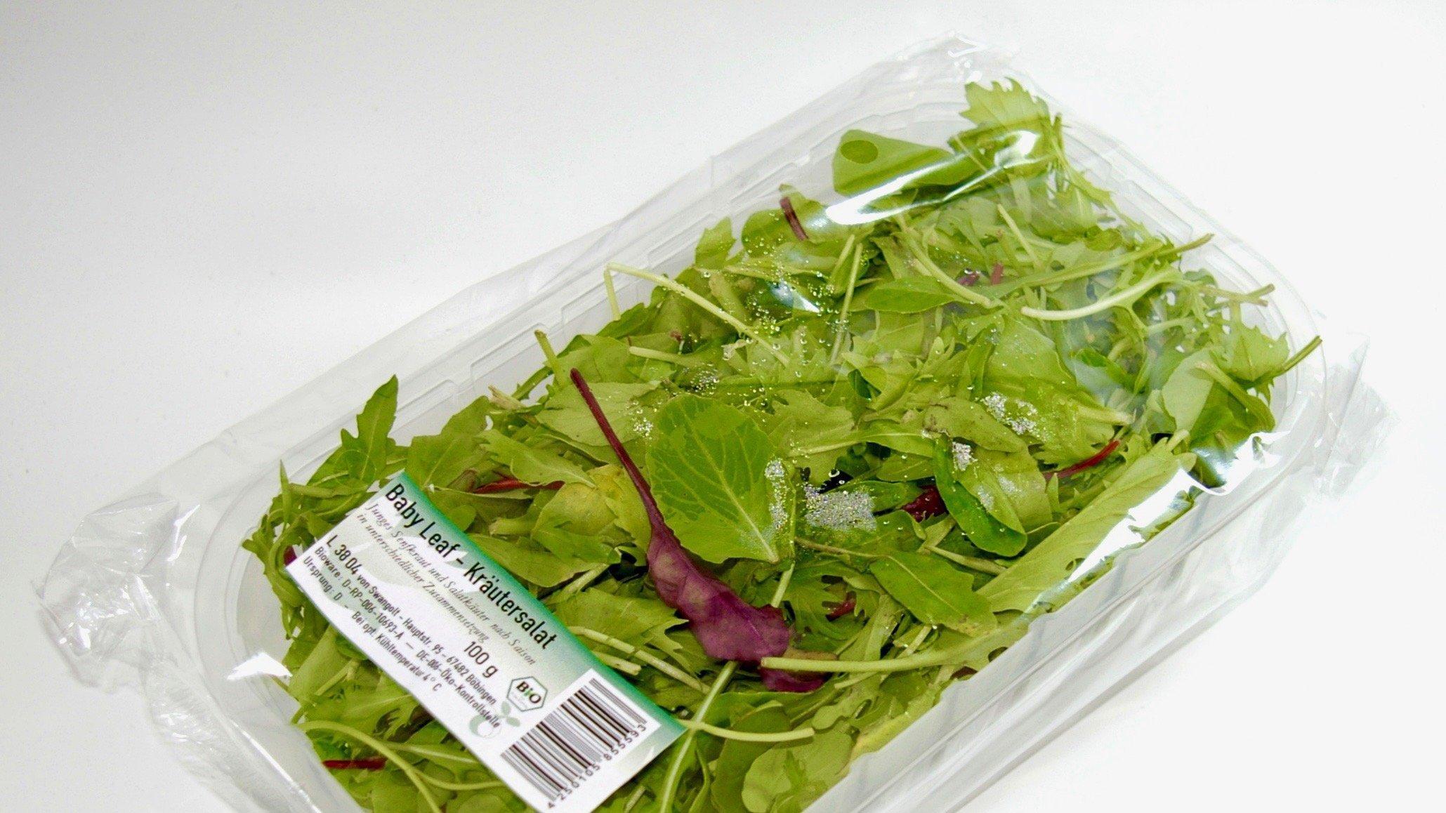 Zu sehen ist ein Salat in einer Biokunststoff-Verpackung.