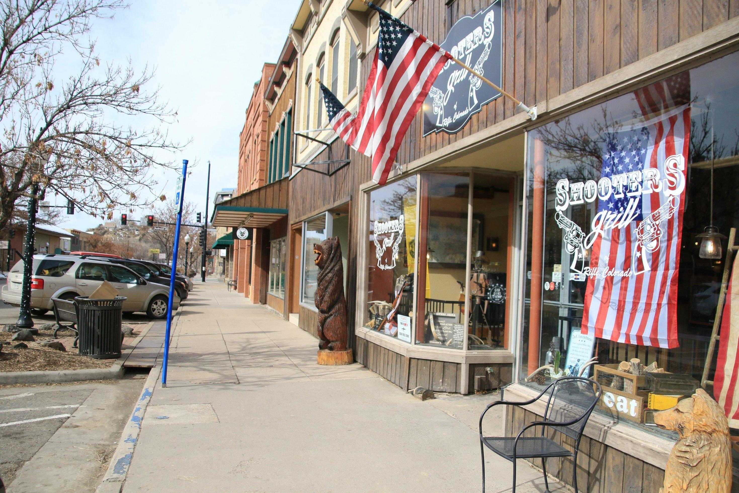 Ein Restaurant hat US-amerikanische Fahnen im Fenster und am Giebel hängen.