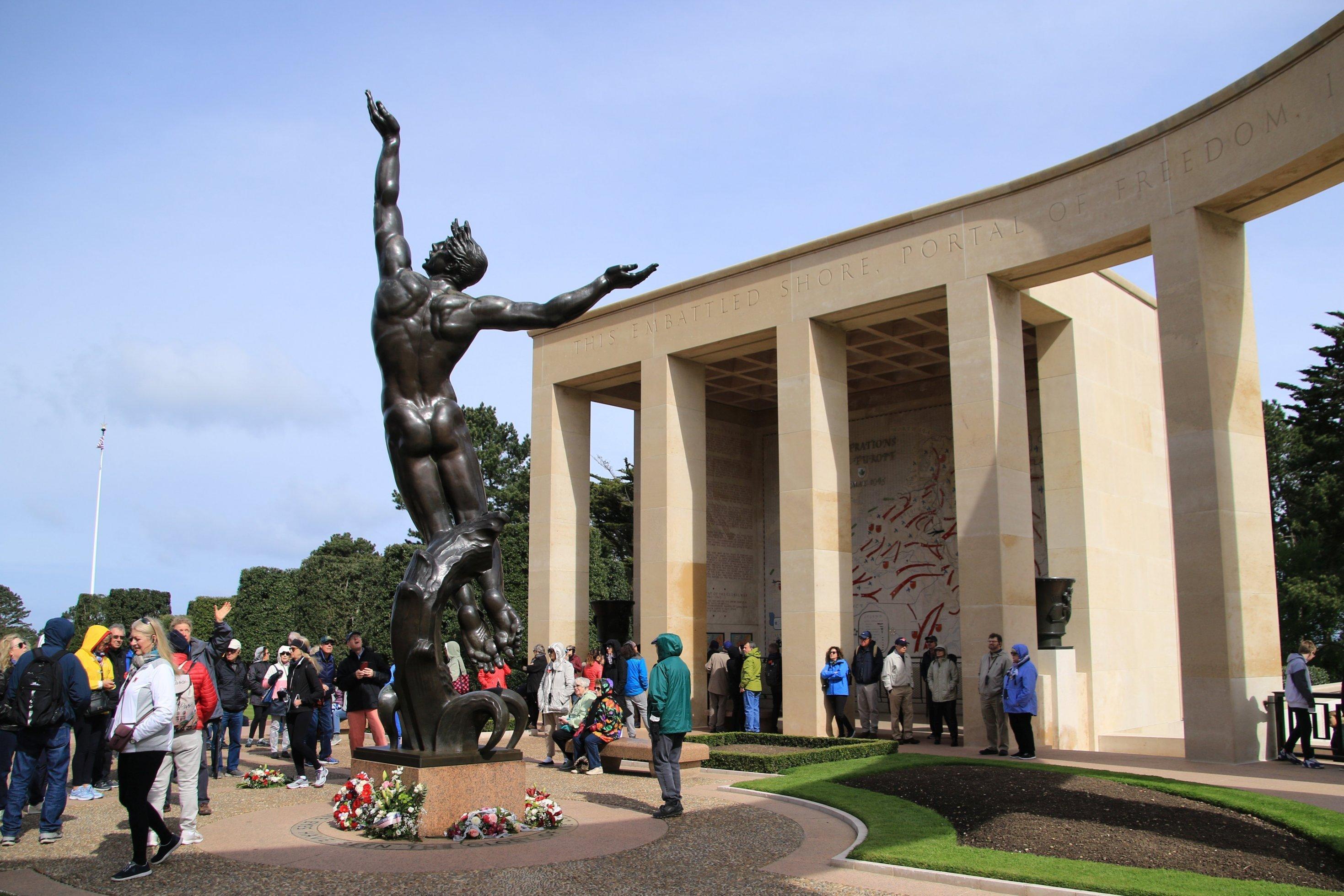 Menschen stehen vor einer Statue