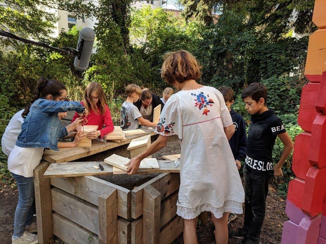 Schüler bauen Nistkätzen.