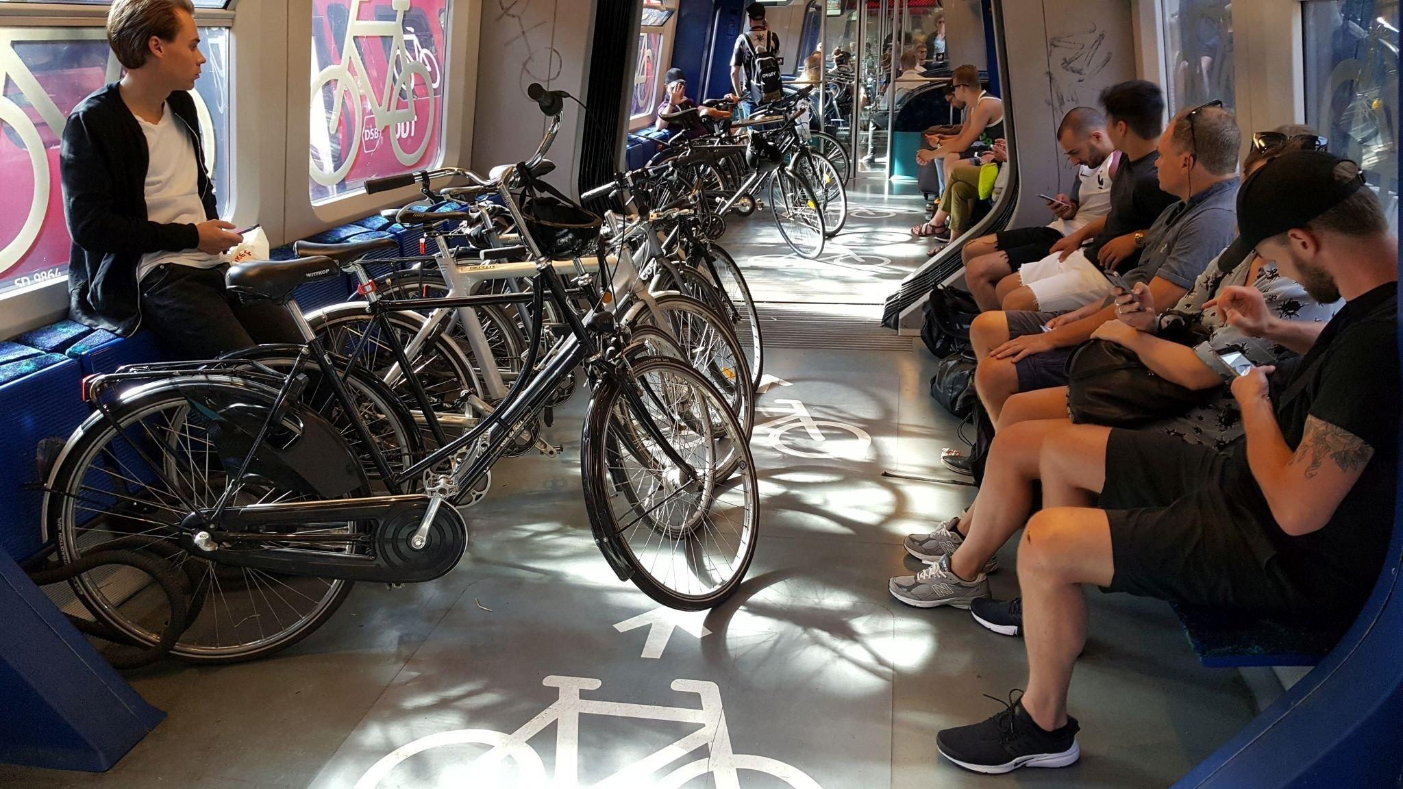 Zahlreiche Fahrräder in einem Waggon der Dänischen Bahn.