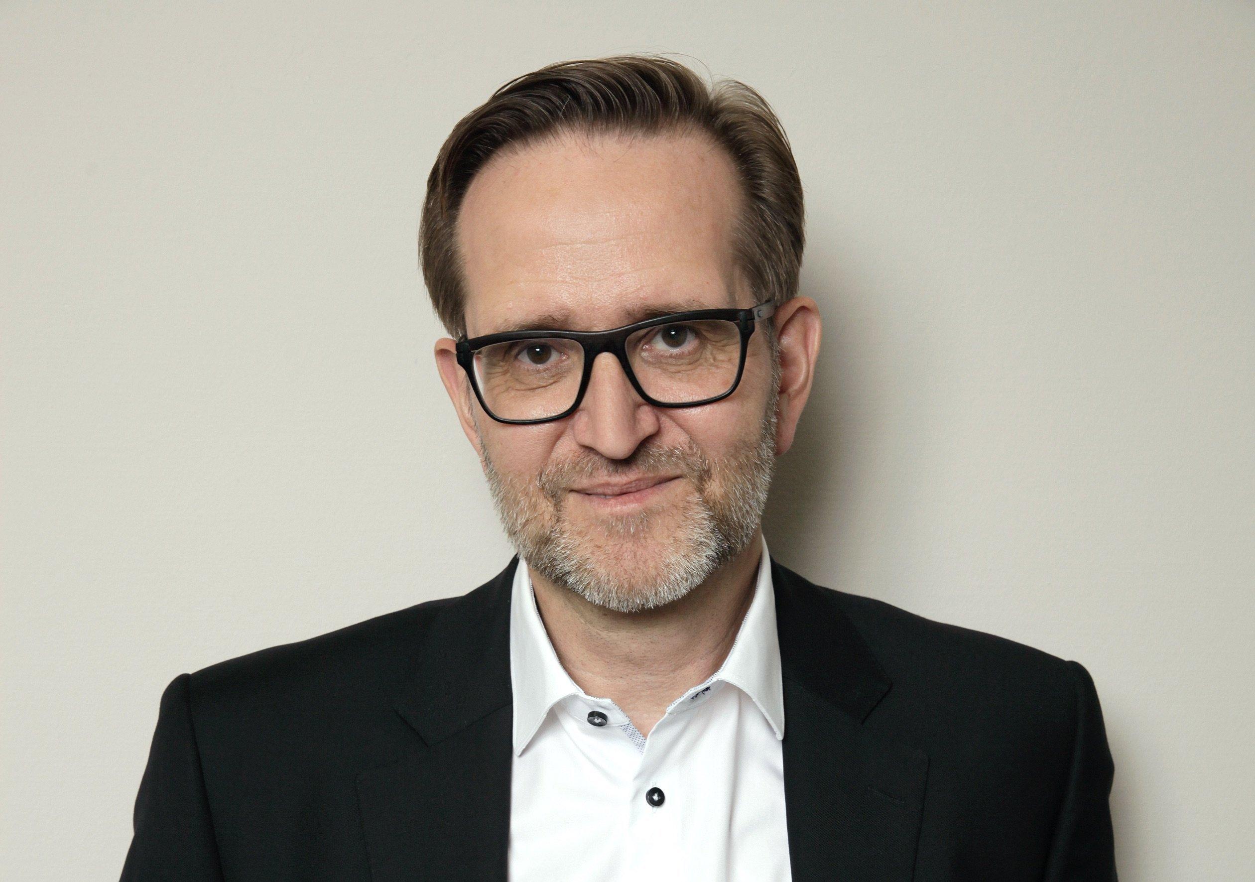 Weißes Hemd, schwarzes Sakko, schwarze Brille, weißer Drei-Tage-Bart, Deutschlandchef Stefan Ramboll im Interview mit Busy Streets.