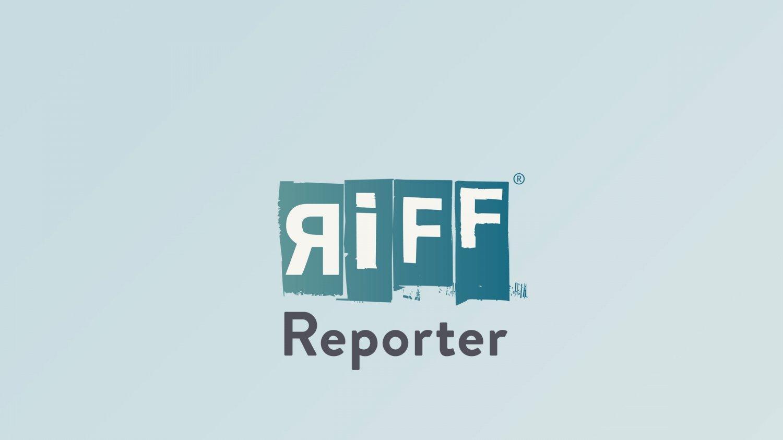 Projektion eines Gangsters auf der Wand einer Bauruine an der spanischen Küste. Im Hintergrund der Ort Calpe an der Costa Blanca