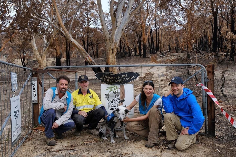 In dem abgebrannten Reservat sitzen Romane Cristescu mit Reservatsbesitzer James Fitzgerald neben Spürhund Bear, einem Tierarzt und Drohnen-Flieger Paul nach der Suchaktion im Wildnisreservat.