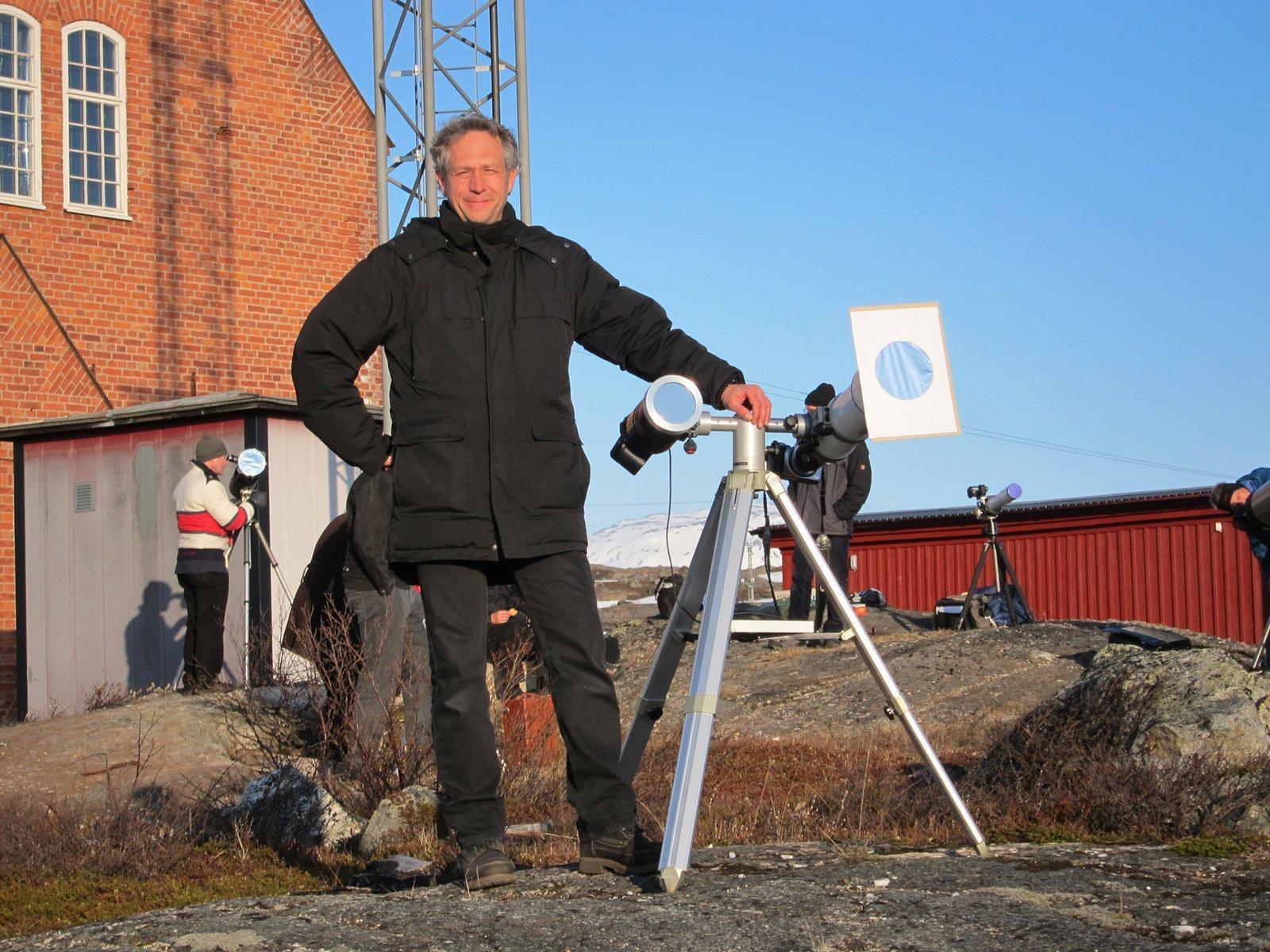 Sven Melchert neben seinem Teleskop bei der Beobachtung des Venustransits am Morgen des 12. Juni 2012.