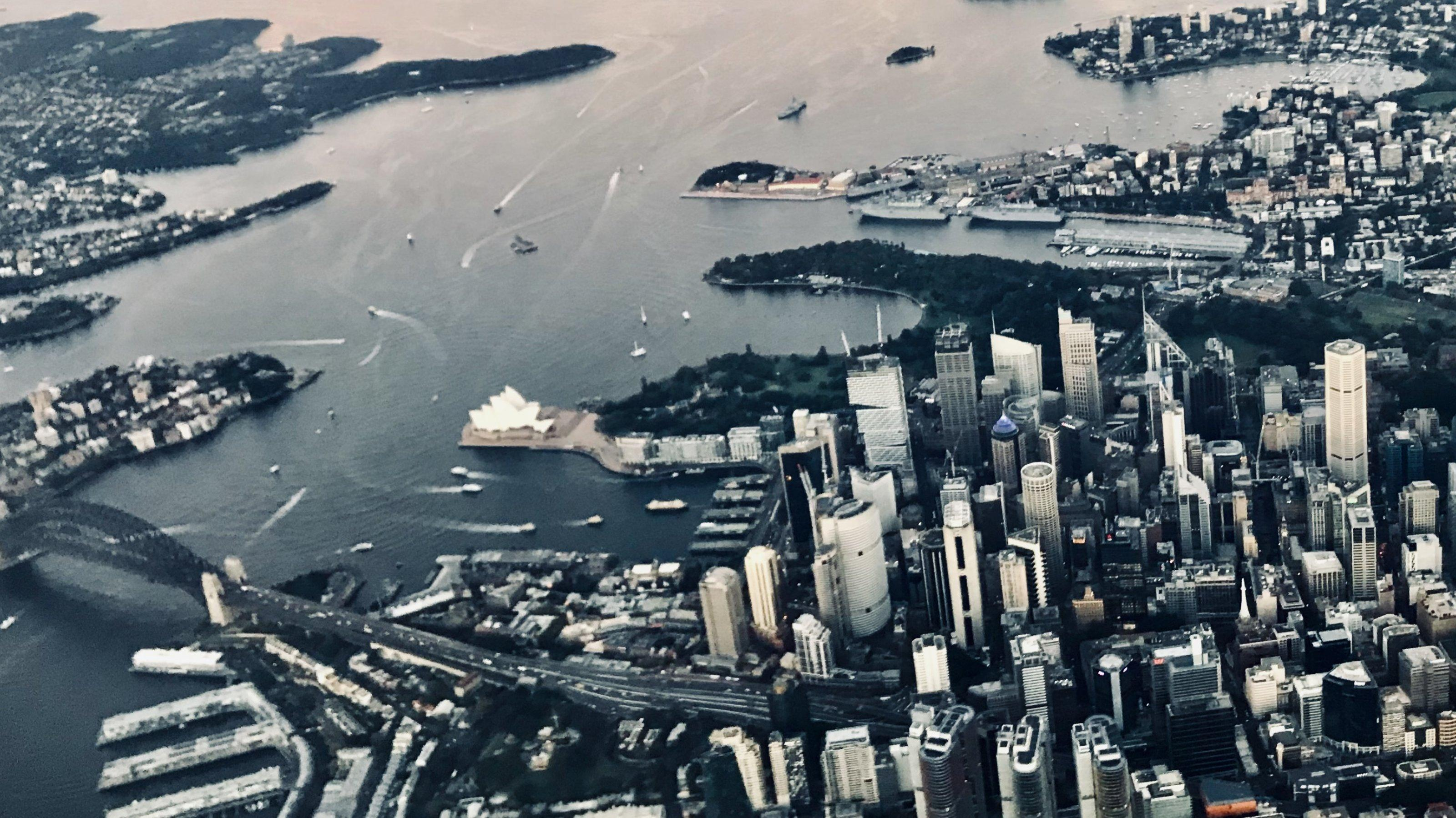Luftaufnahme von Sydneys Hafen während des Anflugs – Ausreisen dürfen die Einheimischen nach wie vor nur mit Ausnahmegenehmigung.