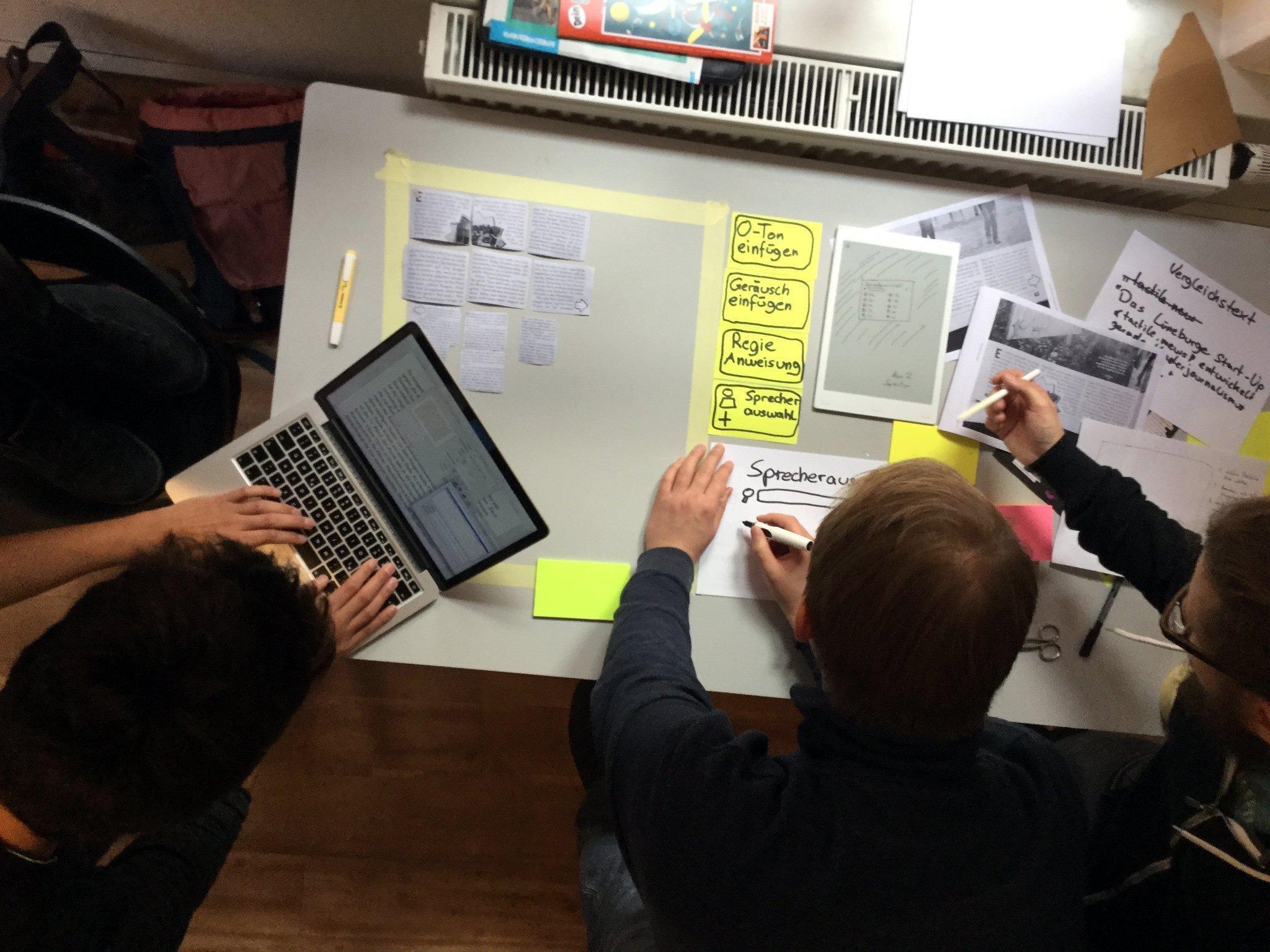Eine Journalismus-der-Dinge App liegt als Papierprototyp auf dem Tisch
