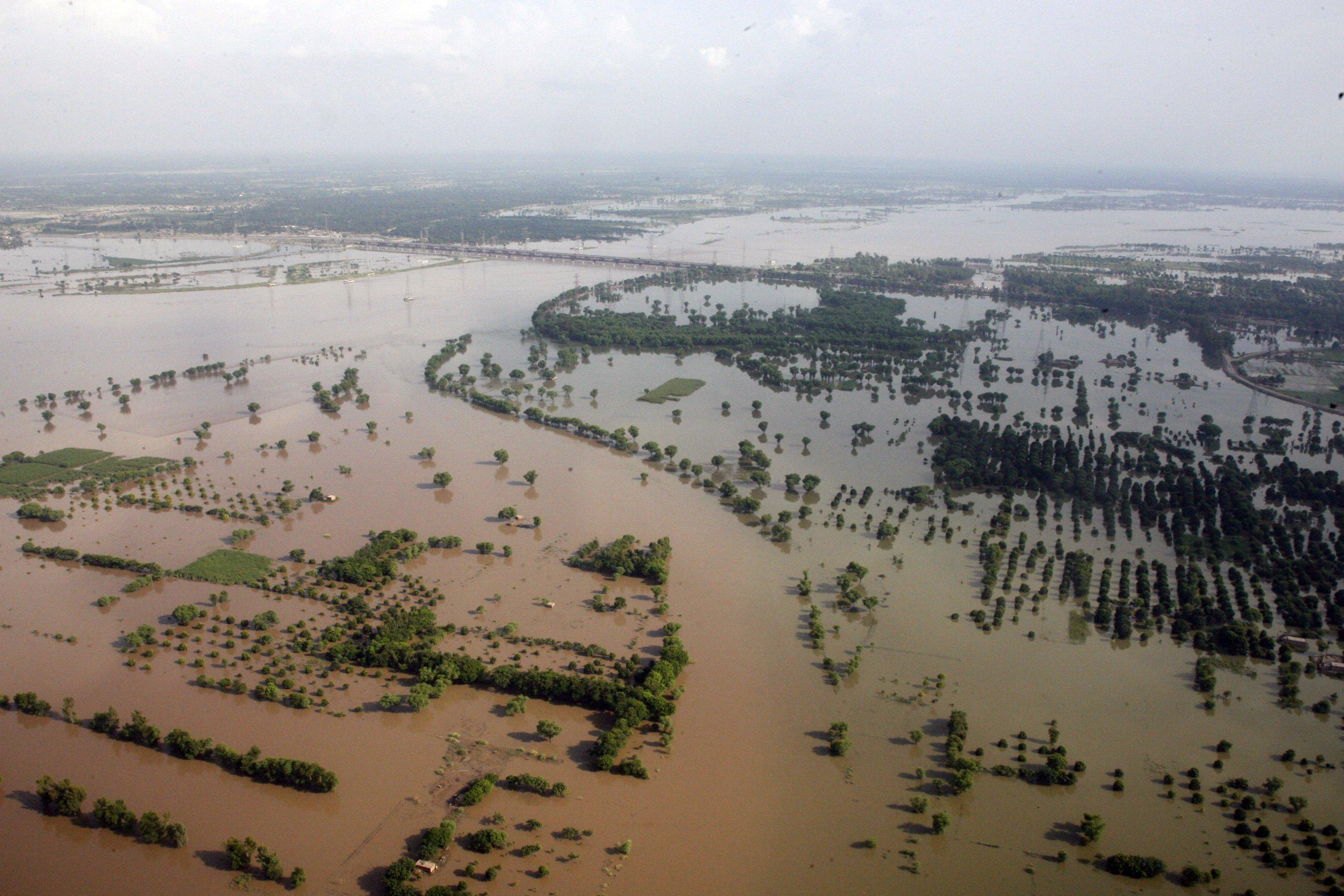 Luftaufnahme von überfluteten Feldern und Dörfern in der pakistanischen Provinz Punjab, nahe der Stadt Multan, im Sommer 2010.