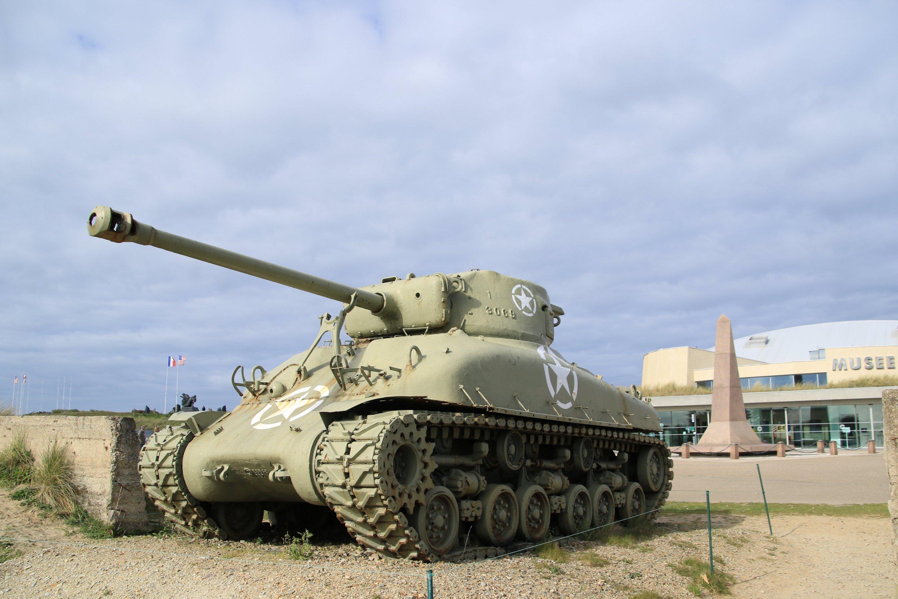 Ein ausrangierter Panzer steht vor einem Museum