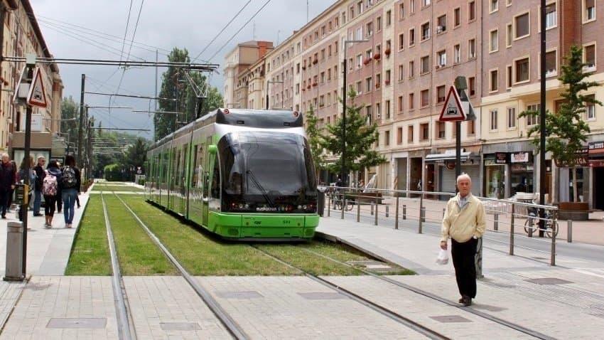 Eine Straßenbahn in Vitoria Gasteiz.