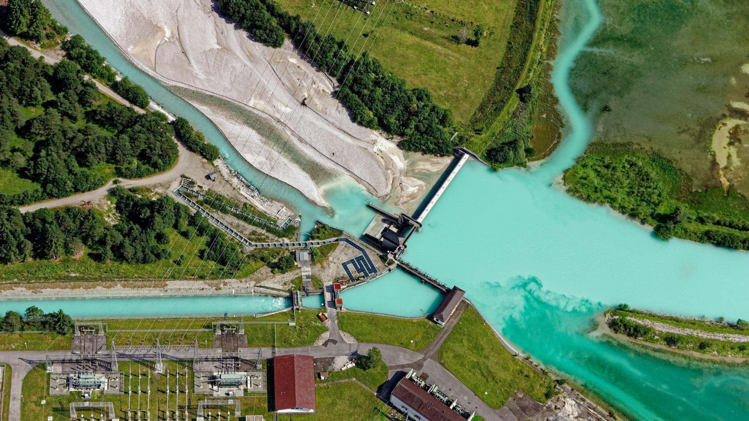 Isar- Stauwehr bei Krün im Bundesland Bayern. Neben der Staustufe die Fischtreppe und der Isarstausee.