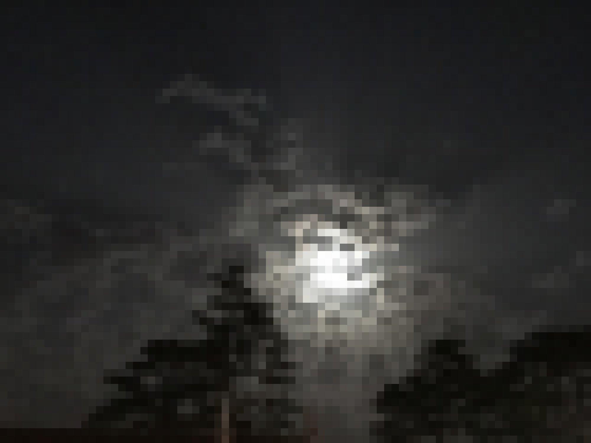 Der Vollmond ist ein wenig durch Wolken verdeckt und leuchtet diese an.