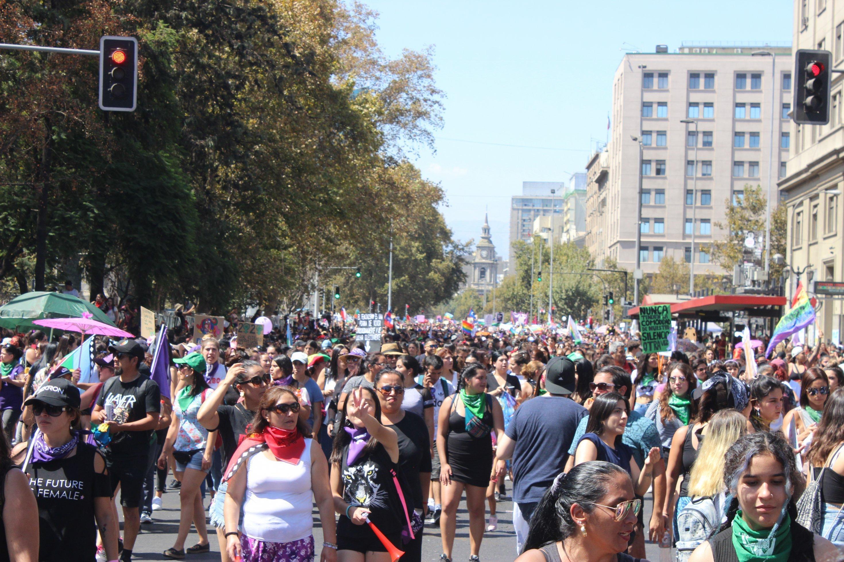 Tausende von Frauen demonstrieren zum Weltfrauentag in Santiago.