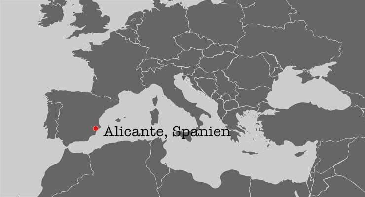 Eine Karte mit einem Ausschnitt des Mittelmeeres. Zu sehen ist die Lage der Stadt Alicante in Spanien, die durch einen roten Punkt markiert ist.