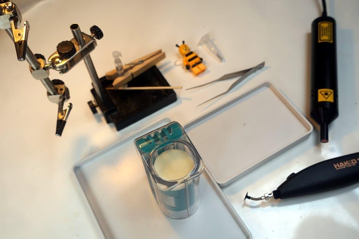 Mikroskop, Pinzette, Bienenfänger