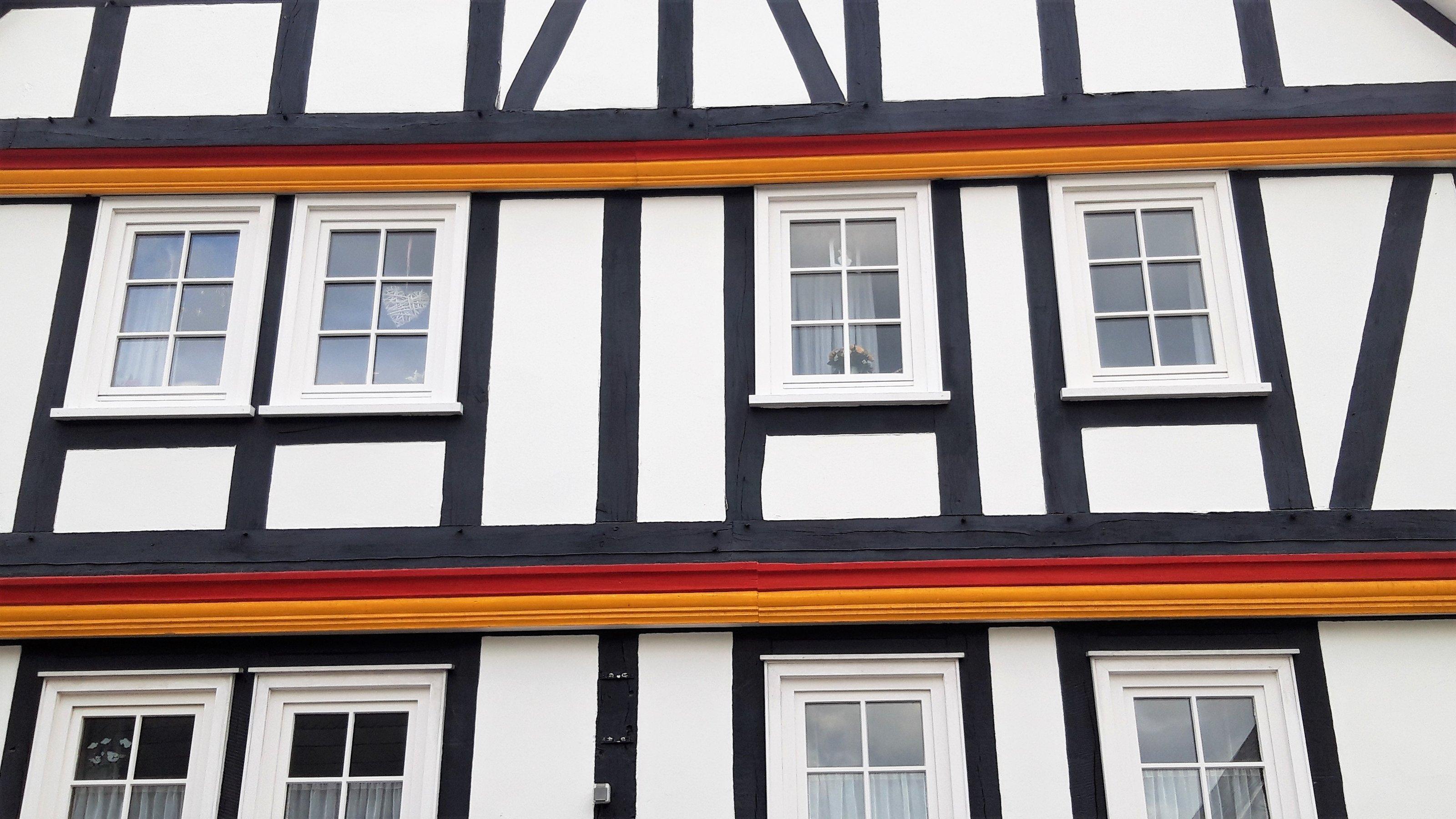 Balken eines Fachwerkhauses in Schwarz-Rot-Gold