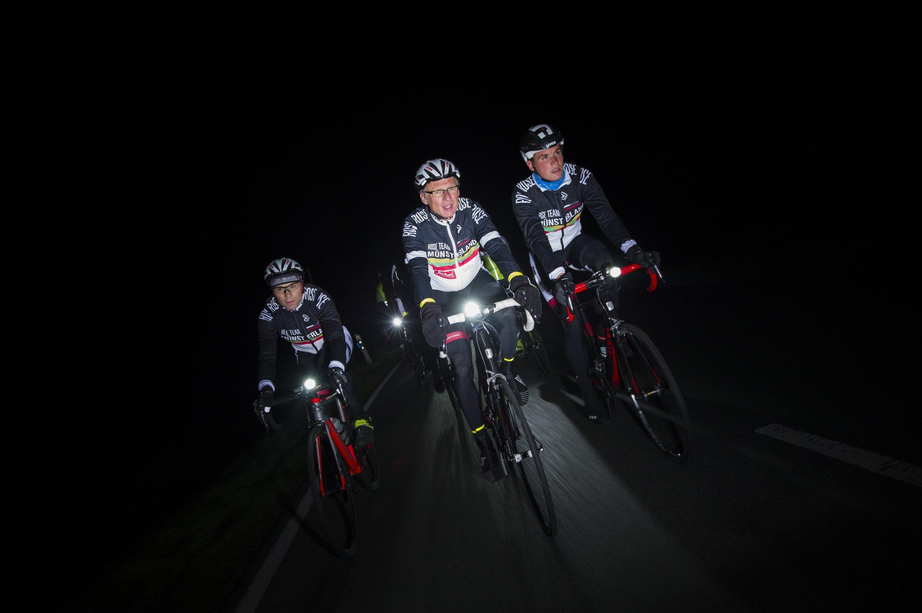 Drei Radfahrer in frontaler Ansicht.