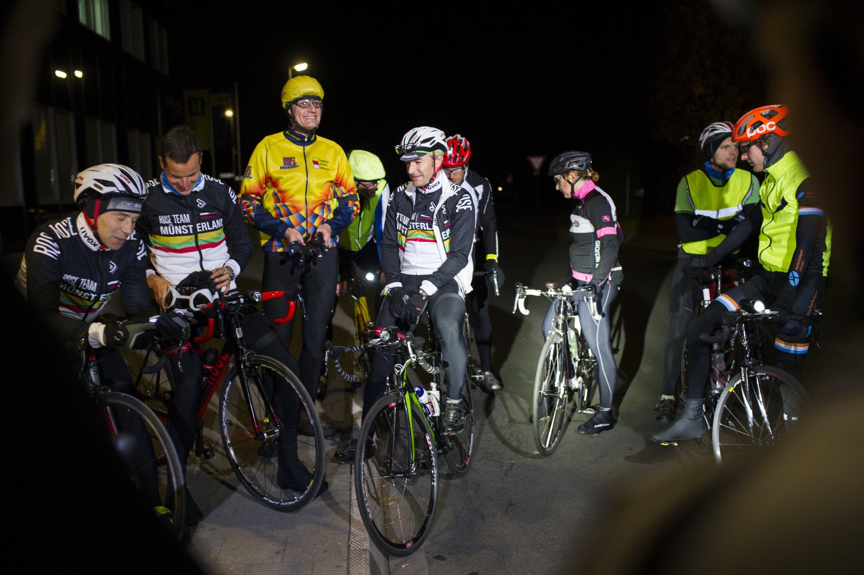 Trainingsgruppe in Münster, die sich im Winter abends trifft und im Dunkeln trainiert. Organisator ist Matthias Schöpfer-Droop (Münsterland Trikot, weißer Helm, Brille).