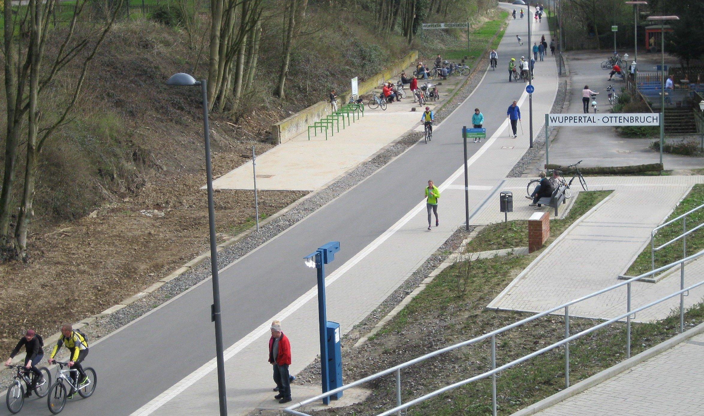 Fuß- und Radweg vor der Station Wuppertal-Ottenbruch. Wenige Menschen sind unterwegs.