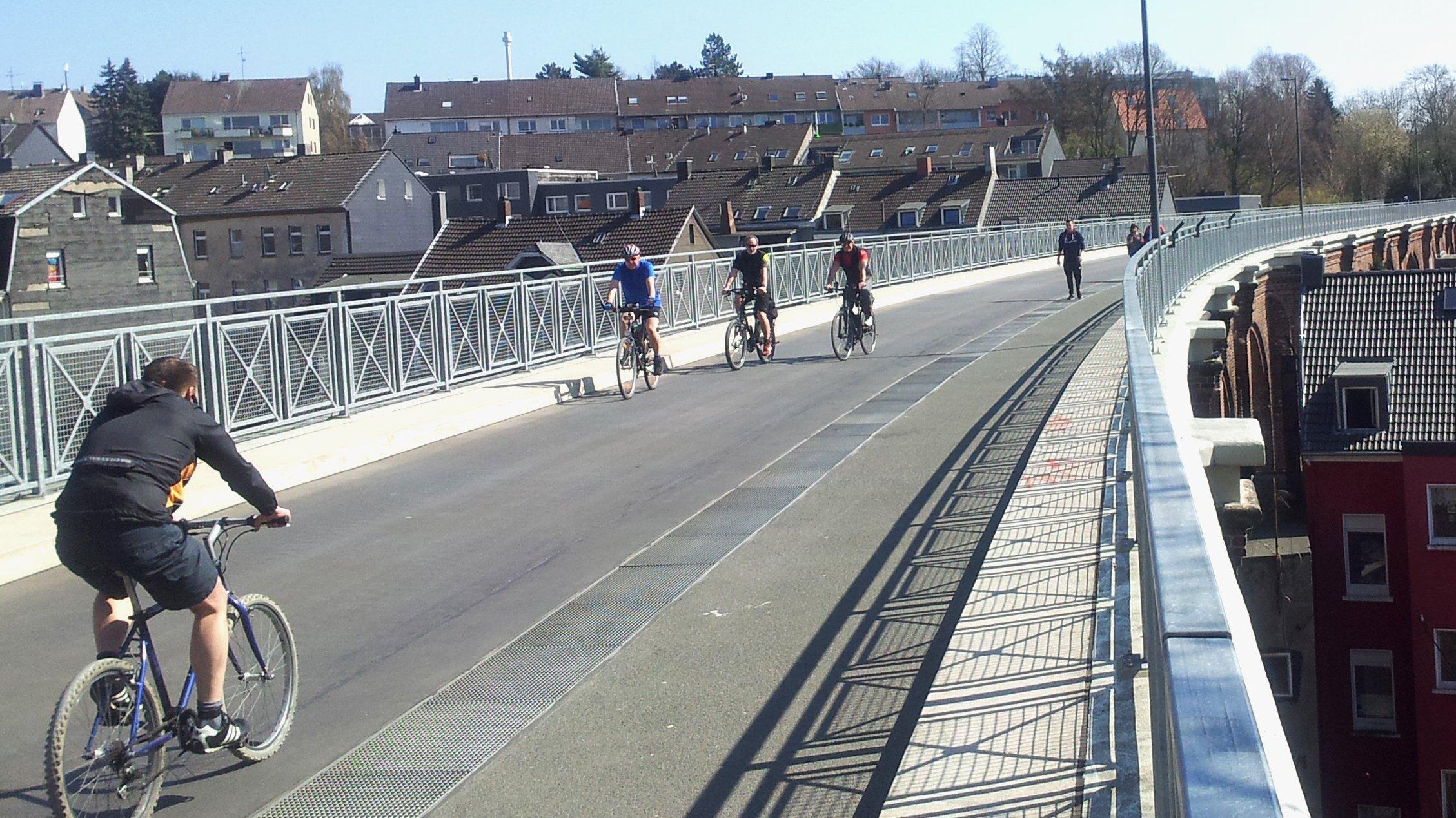 Radfahrer fahren über den neuen Radweg des Viadukts