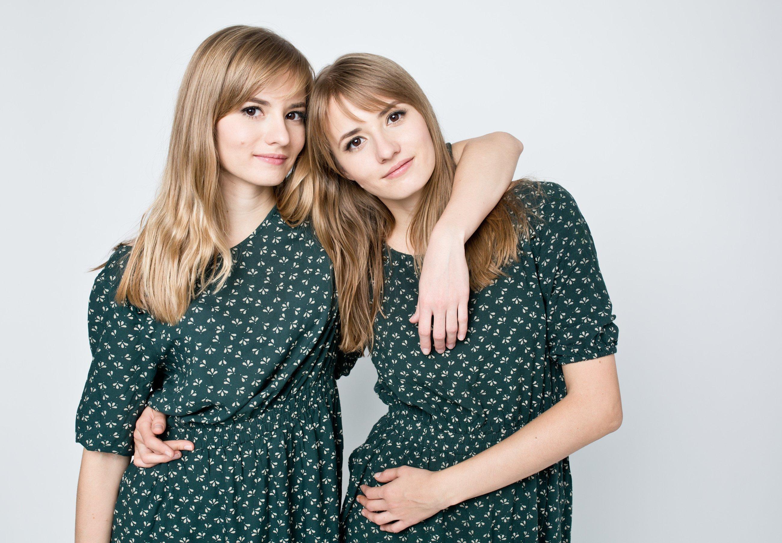 Zwei eineiige Zwillinge in den Zwanzigern. Sie sehen sich sehr ähnlich.