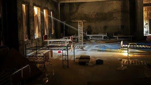 Das Foto zeigt den verwüsteten Raum eines Krankenhauses.