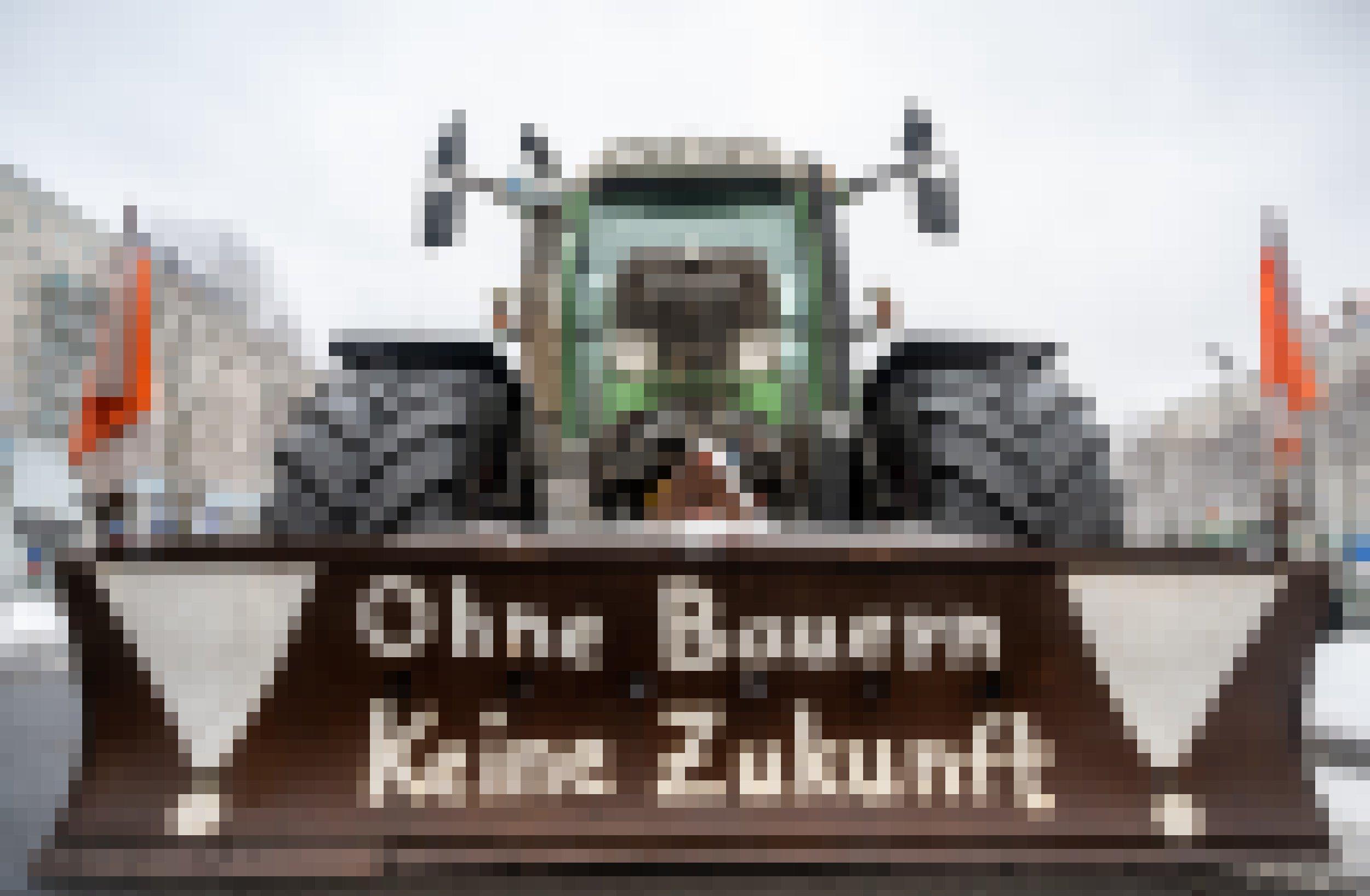 """Auf einem Räumschild an einem Traktor steht """"Ohne Bauern Keine Zukunft"""". Landwirte demonstrieren für höhere Preise für Agrarprodukte und weniger Regulierung."""