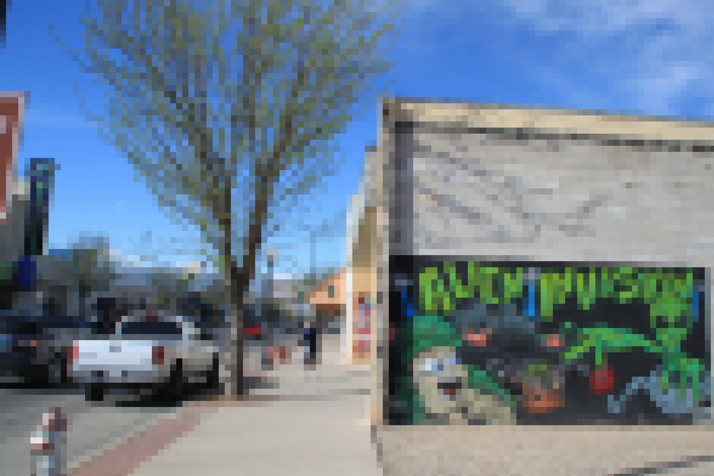 Ein Graffito zeigt Außerirdische, die eine menschliche Stadt angreifen.