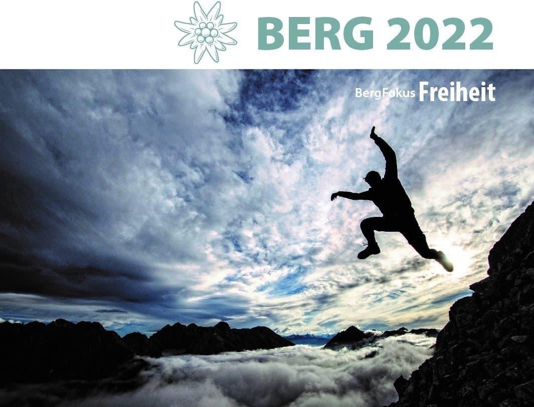 Über dem Foto eines scheinbar vom Berg in ein Wolkenmeer springendenen Bergsteigers prangt das Edelweiß-Logo des Alpenvereins sowie der Schriftzug BERG 20222.