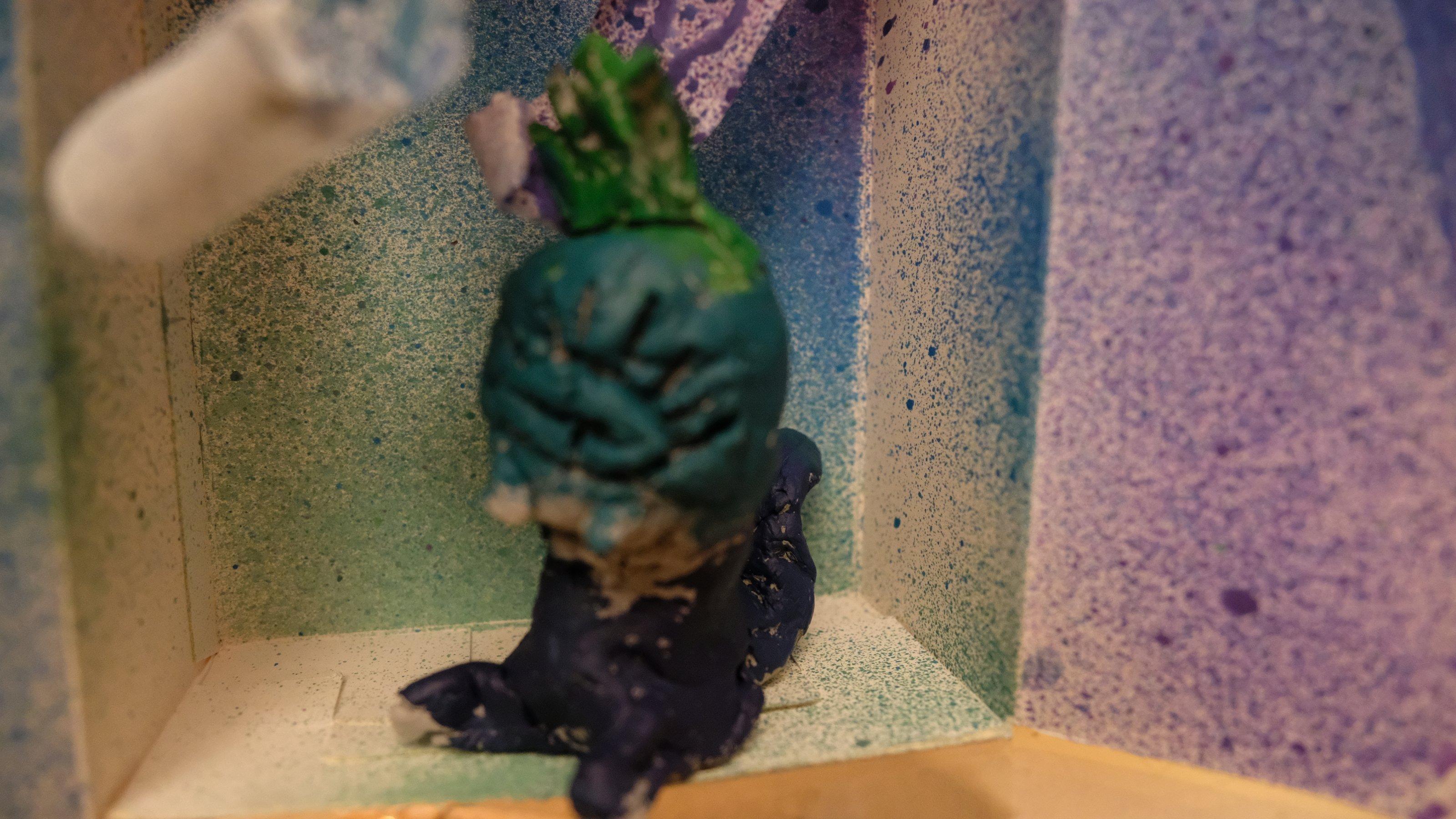 Alvas Kunstwerk ist fertig. Jetzt ist auch ihre Figur farbig. Die Figur lässt sich jetzt in Alvas Ozean-Box aufstellen.