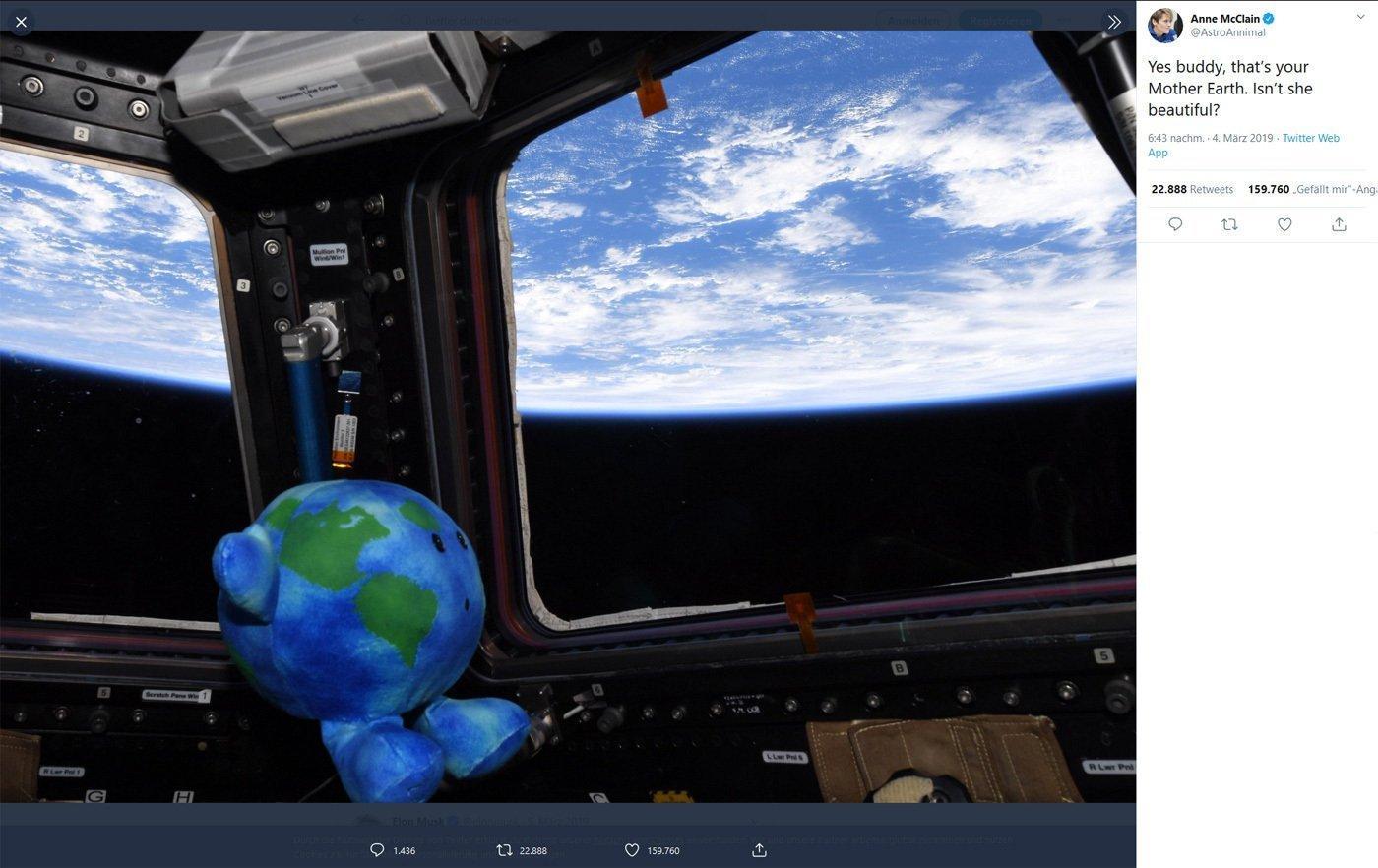Anne McClain lässt ihren Talisman aus der ISS auf die Erde schauen: Ja Kumpel, das ist deine Mutter Erde. Ist sie nicht schön?