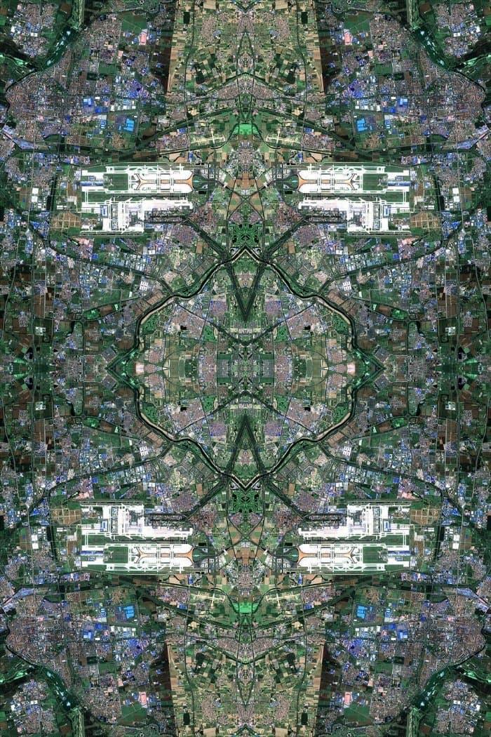 """Kunstwerk von David Thomas Smith: """"Anthropocene"""". Eine Art Satelitenbild mit kaleidoskopartigen Effekt."""