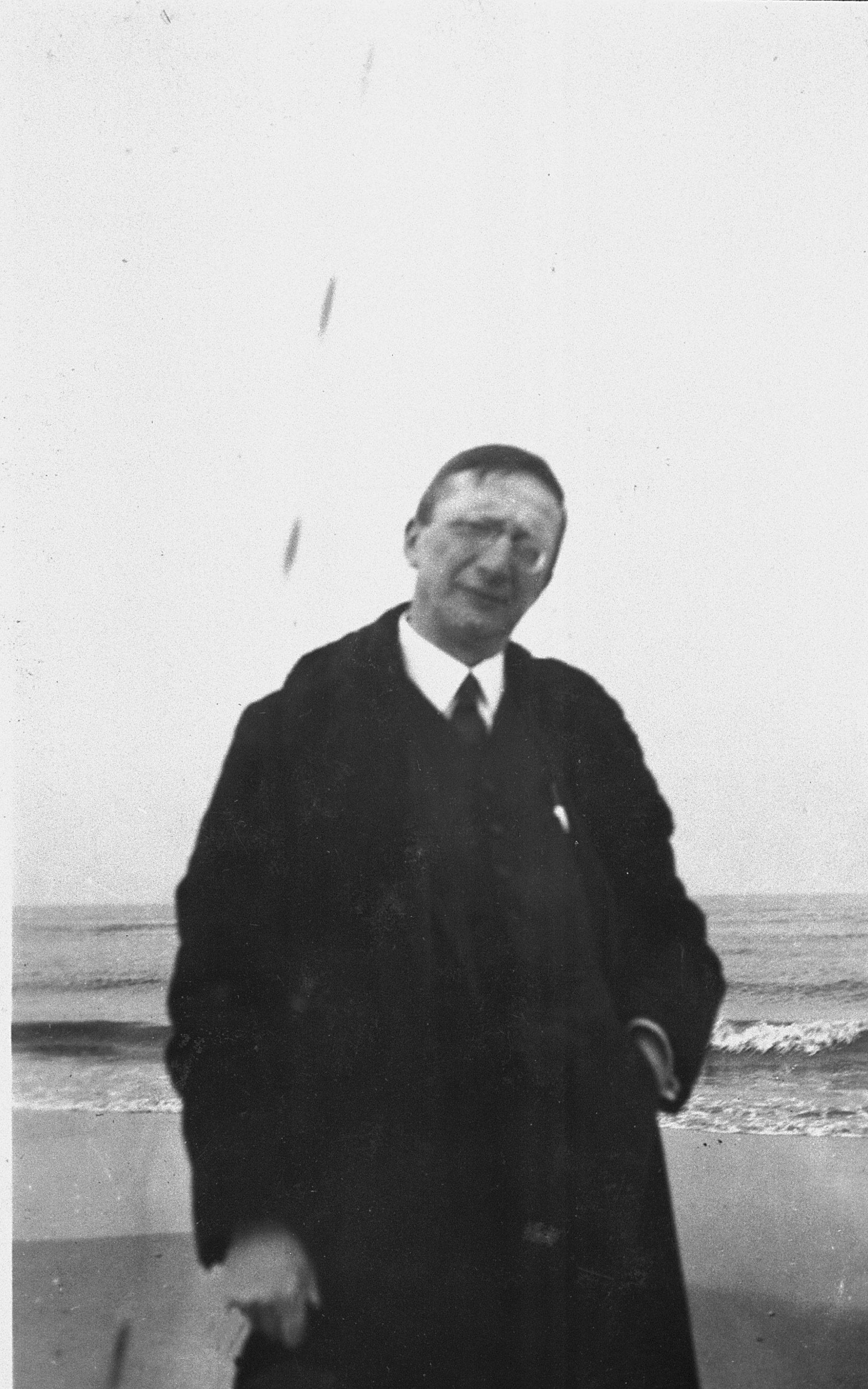 Alte schwarz/weiß Aufnahme von Alfred Döblin vor der Ostsee.
