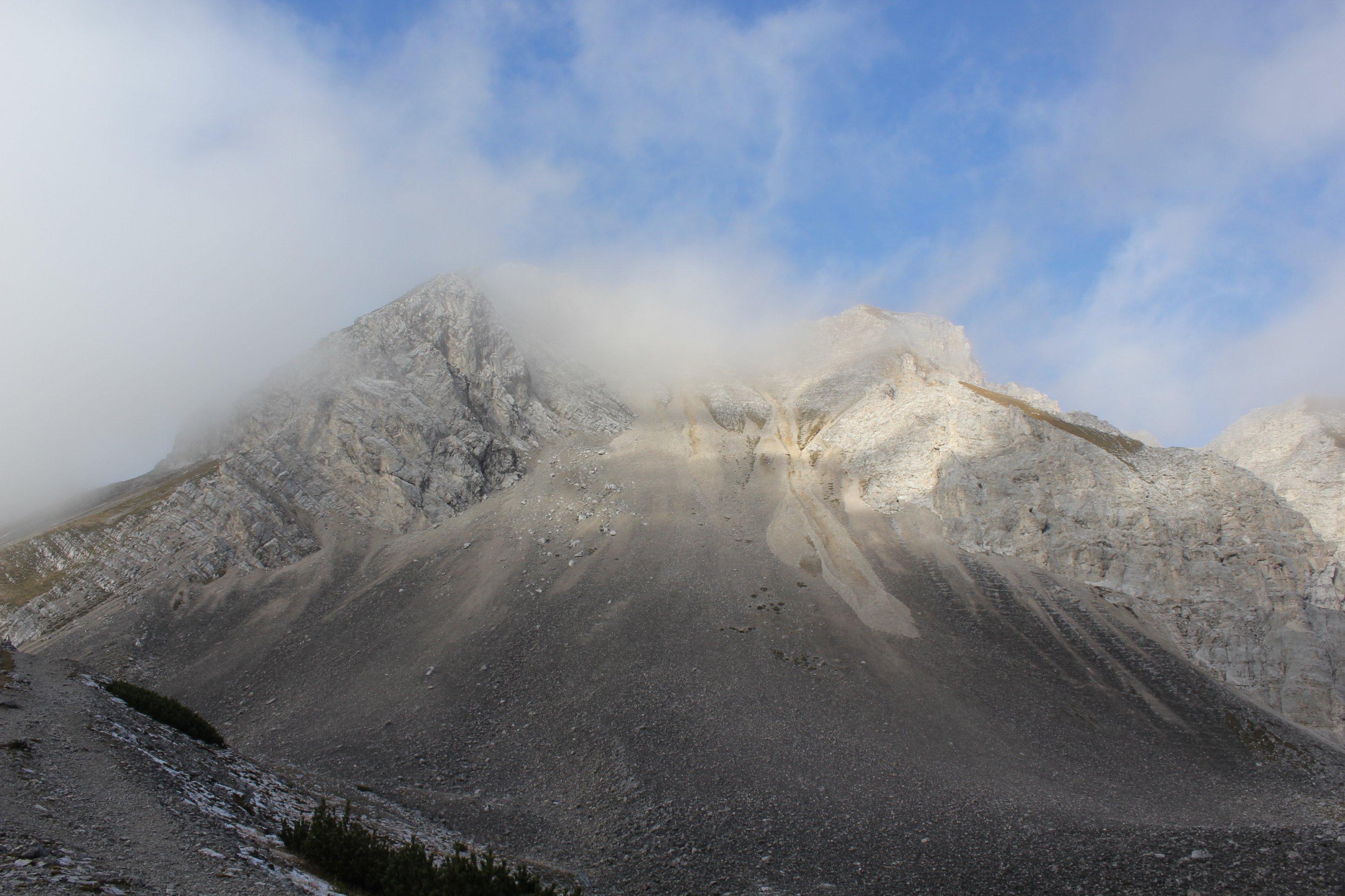 Ein Berg unter Wolken im Karwendelgebirge, Schauplatz des Szenarios.