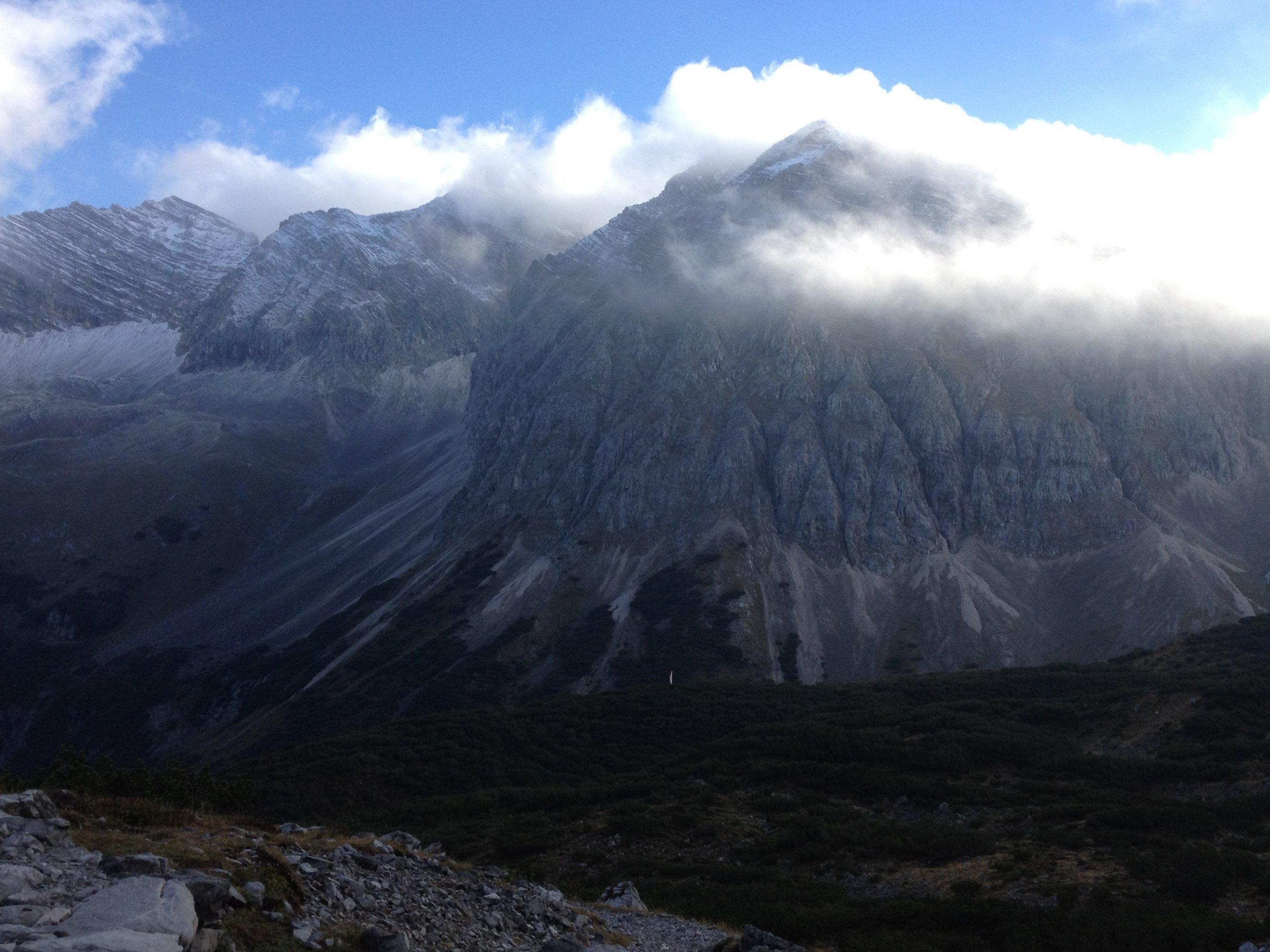 Berglandschaft im Karwendel in Wolken.