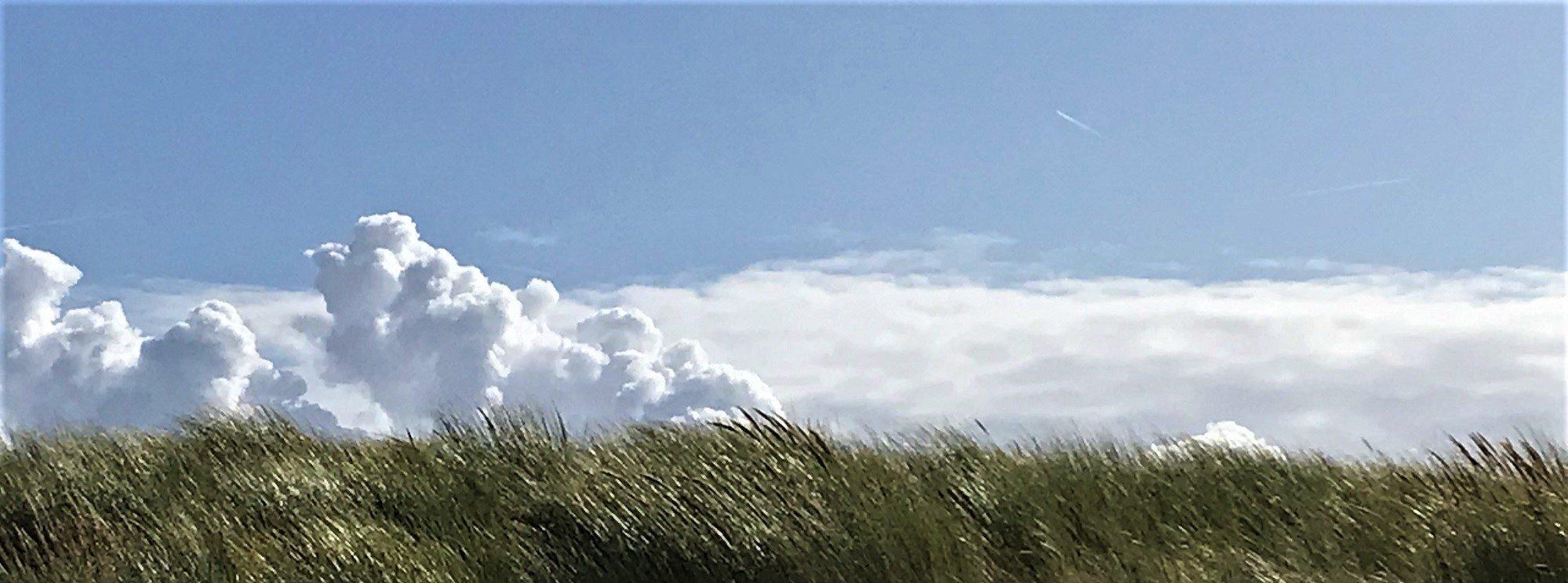 Dramatische Wolke hinter einer Düne.
