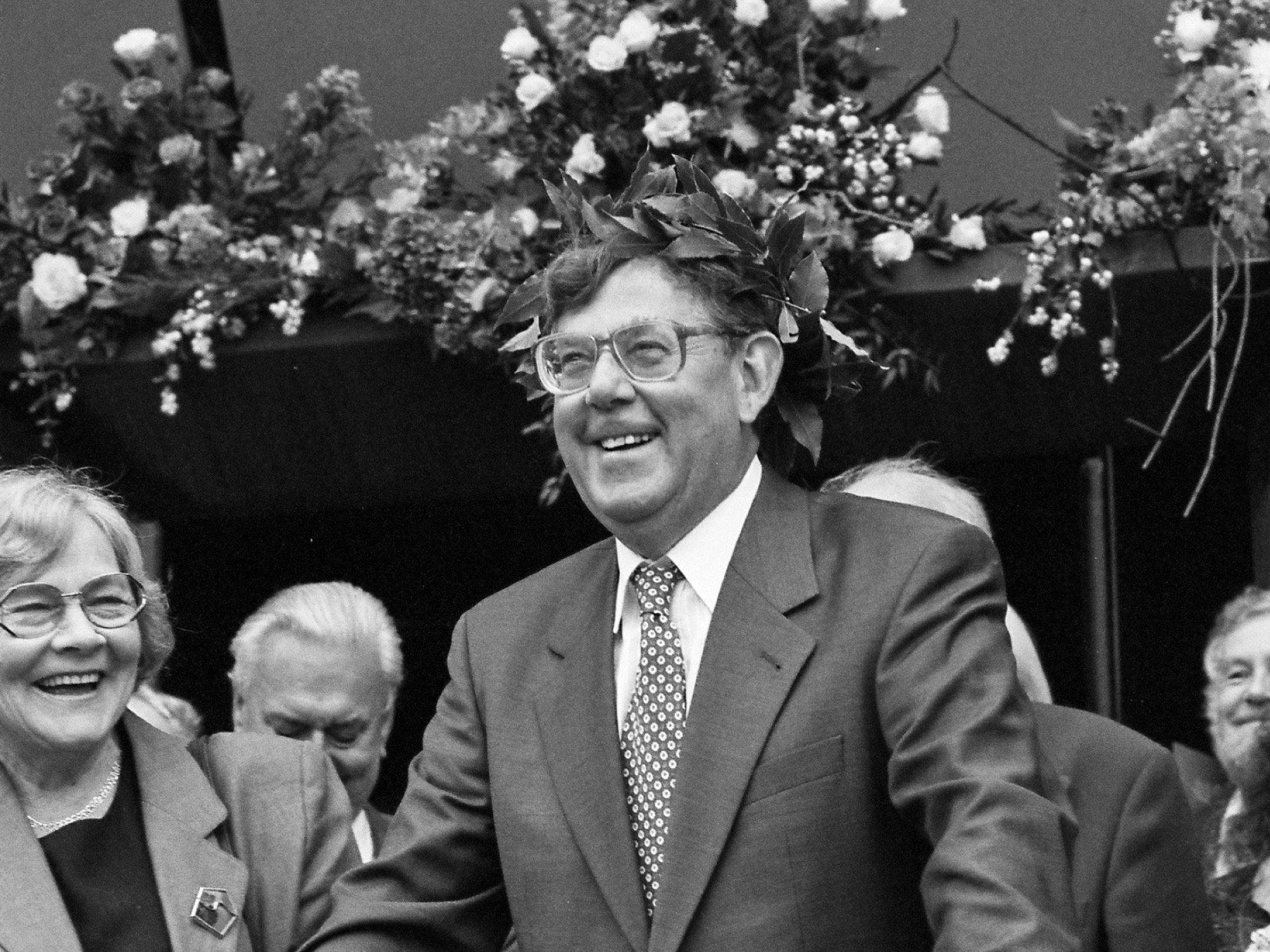 Schwarz/weiß Aufnahme des Nobelpreisträgers Paul Crutzen bei der Preisverleihungsfeier in Mainz 1995. Links neben ihm steht seine Ehefrau Terttu.